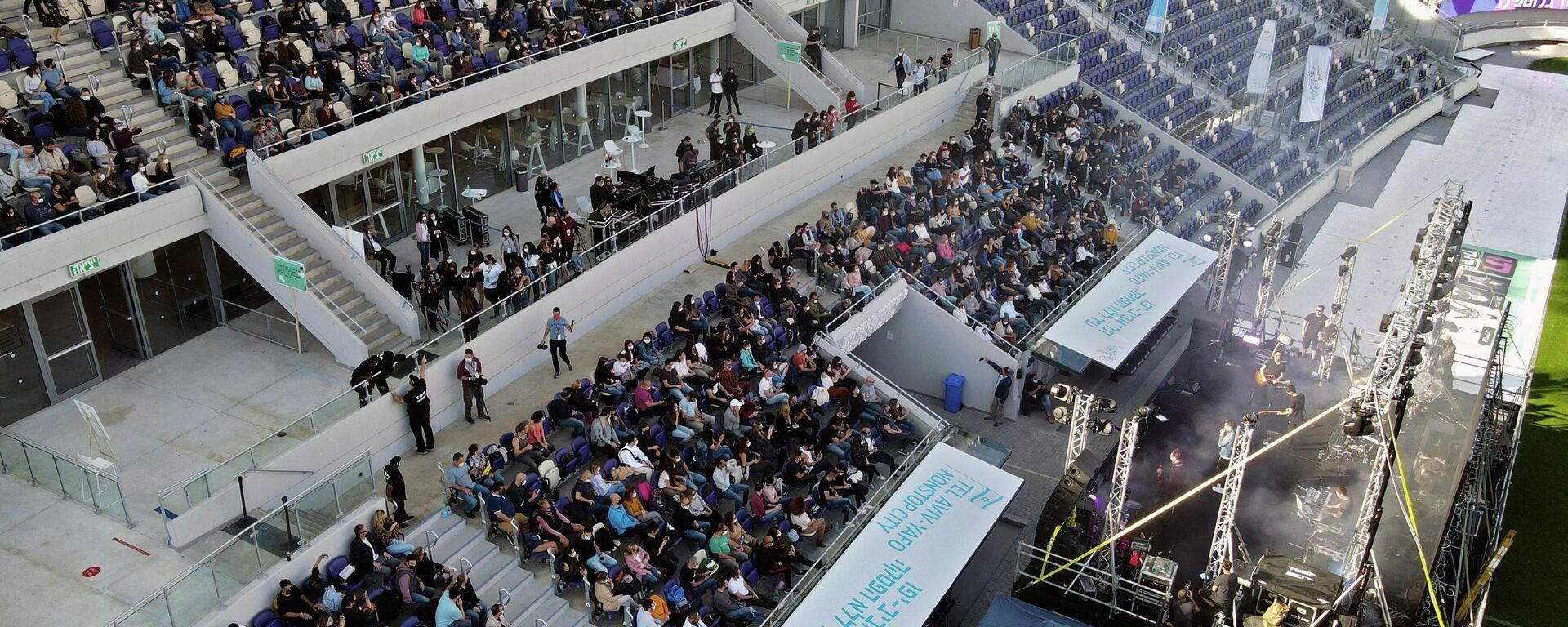 Rund 500 Zuschauer kamen zu einem Konzert des Popsängers Ivri Lider auf der Bloomfield-Stadion in Tel Aviv zusammen. - SNA, 1920, 06.03.2021