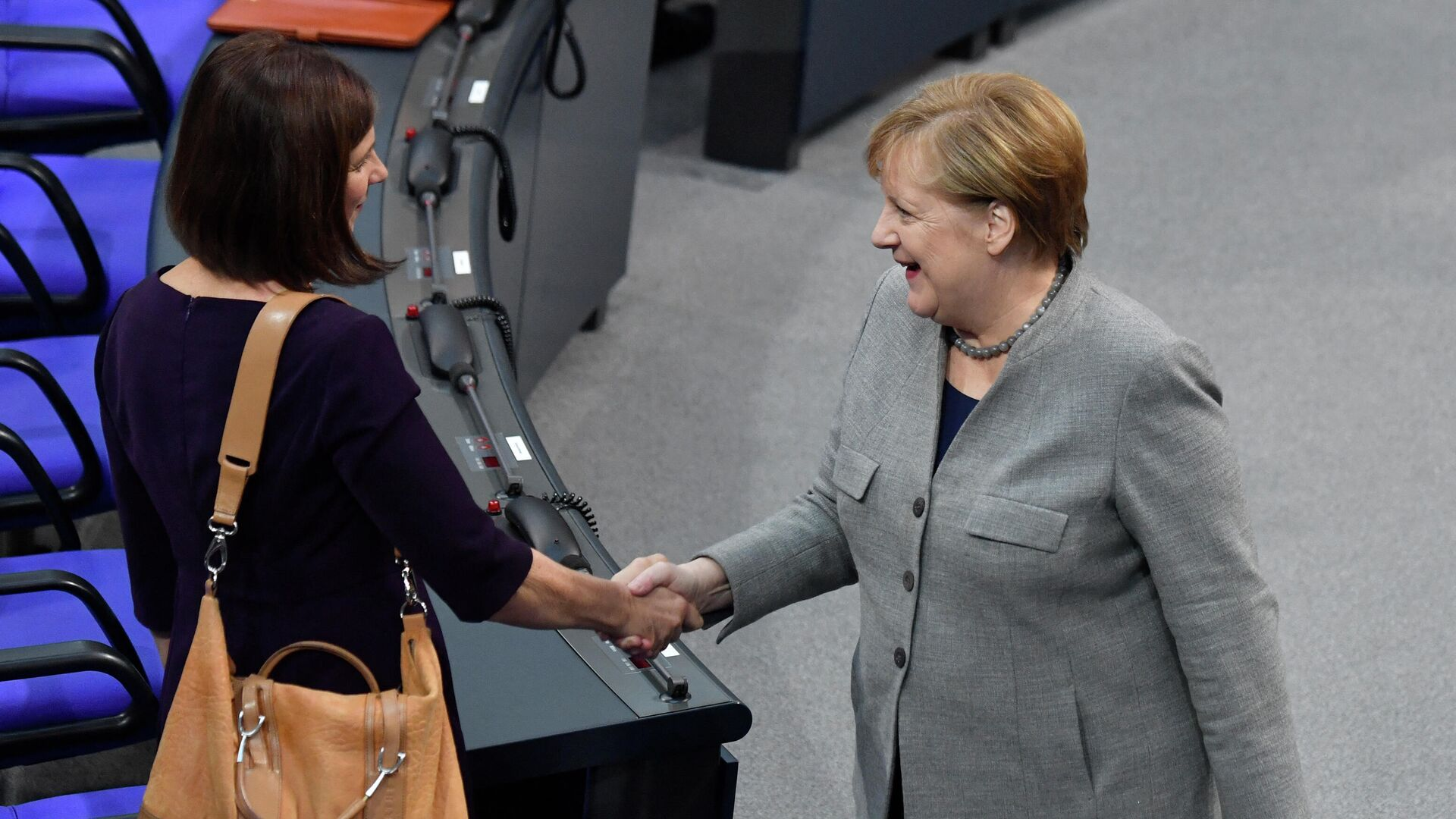 Bundeskanzlerin Angela Merkel gibt Katrin Göring-Eckardt, Fraktionsvorsitzender der Grünen, die Hand, Dezember 2019. Symbolfoto - SNA, 1920, 09.03.2021