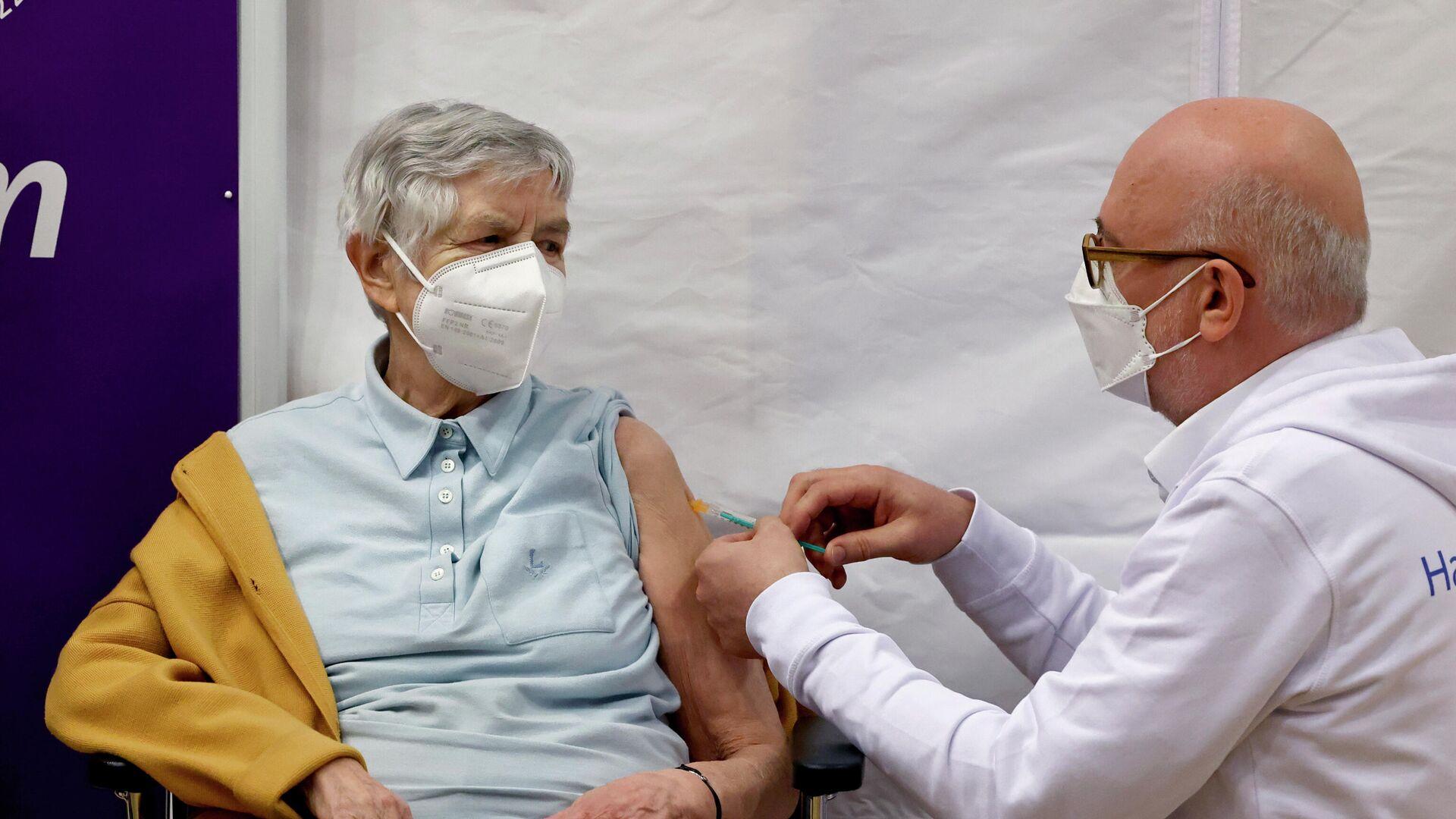 84-jährige Karin Sievers wird von Arzt Dirk Heinrich im Altersheim Hospital zum Heiligen Geist in Hamburg mit der Pfizer-BioNTech-COVID-19-Vakzine geimpft - SNA, 1920, 07.05.2021