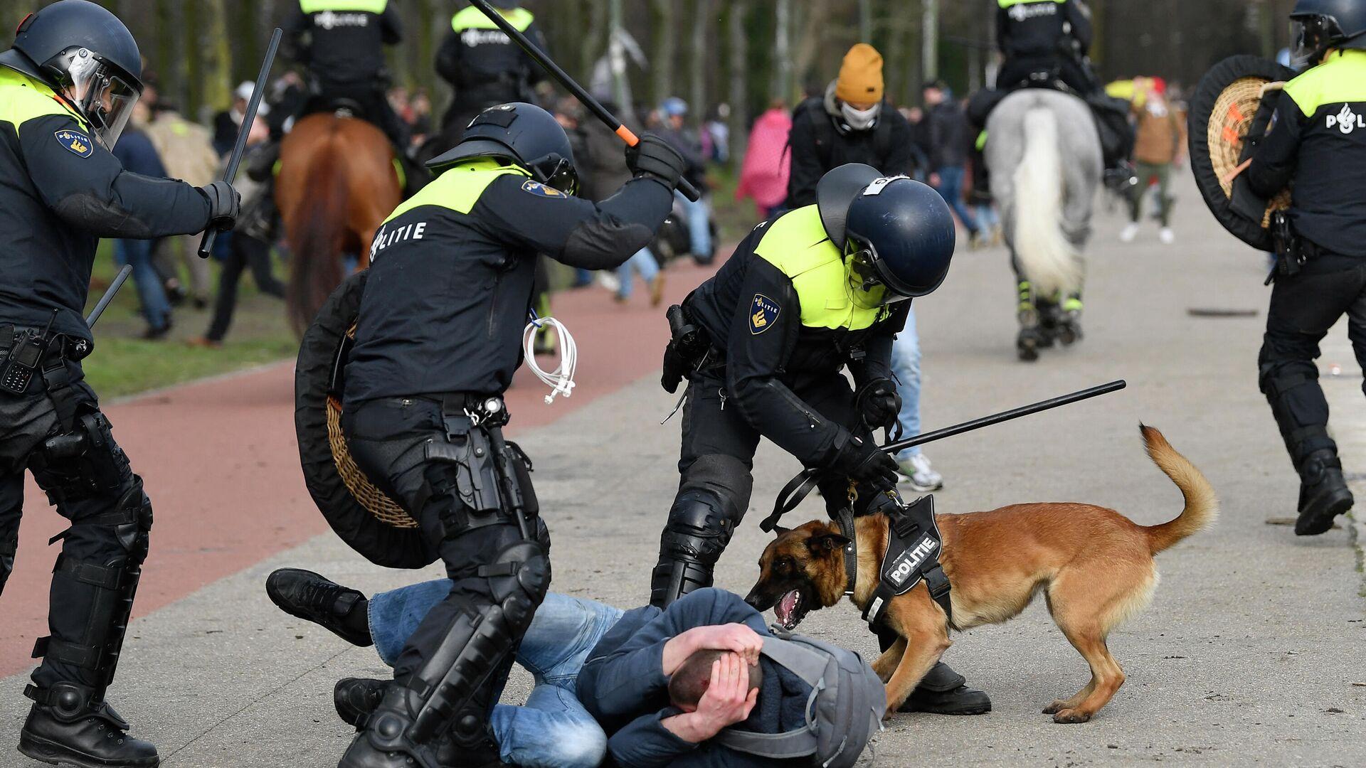 Protestaktion gegen die Corona-Beschränkungen in Den Haag: Polizei verprügelt einen Mann mit Schlagstöcken - SNA, 1920, 14.03.2021