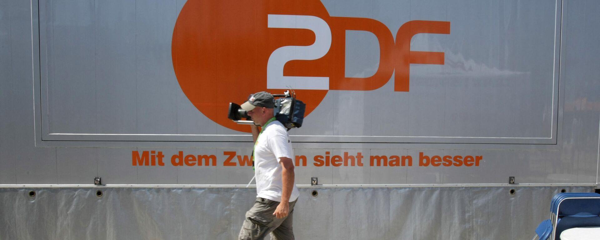 Kameramann vor dem Logo des öffentlich-rechtlichen Sender ZDF (Archivbild) - SNA, 1920, 19.03.2021