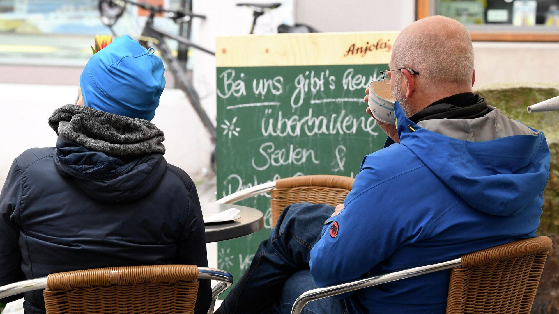 Menschen sitzen im Außenbereich eines Cafés in Tübingen, den 20. März 2021 - SNA, 1920, 26.03.2021