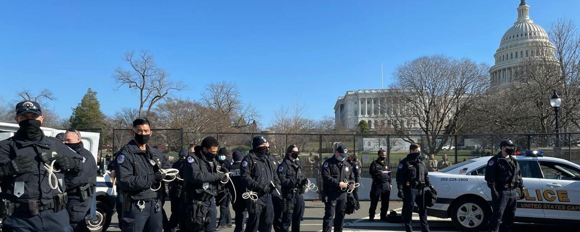 US-Polizeibeamten vor dem US-Kapitol (Archivbild) - SNA, 1920, 31.03.2021