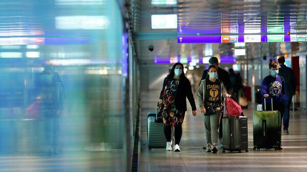 Menschen im Frankfurter Flughafen, 1. April 2021 - SNA