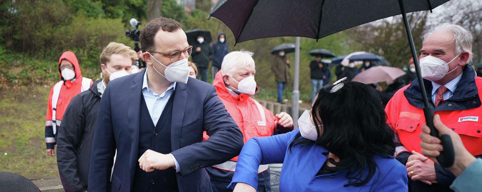 Bundesgesundheitsminister Jens Spahn begrüßt den Berliner Gesundheitssenator Dilek Kalayci vor einem Besuch im Impfzentrum auf dem Berliner Messegelände am 5. April 2021. - SNA, 1920, 06.04.2021