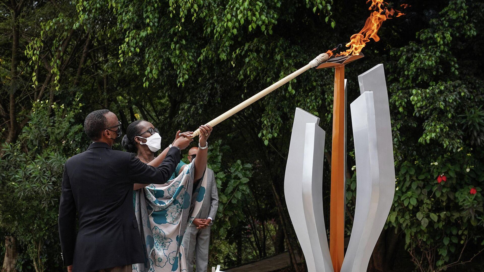 Ruandas Präsident Paul Kagame (l) und seine Gattin Jeannette Kagame zünden am Kigali-Genozid-Denkmal eine Gedenkflamme anlässlich des 27. Jahrestages des Völkermordes an den Tutsi 1994 an. Kigali, Ruanda, 7. April 2021  - SNA, 1920, 07.04.2021