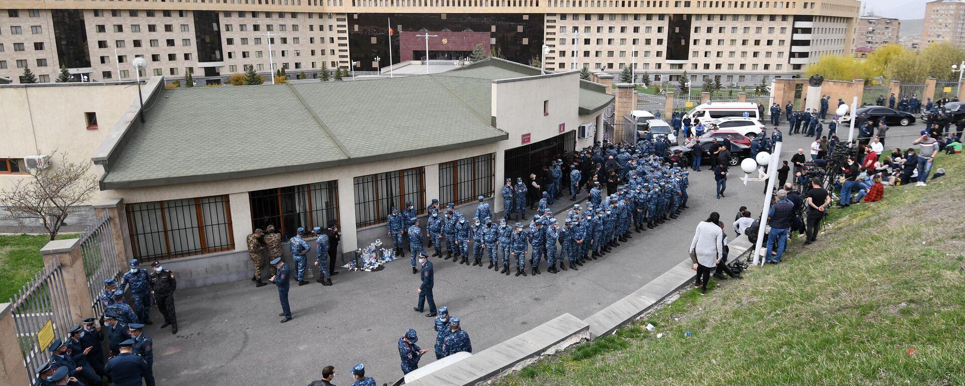 Verstärkte Polizeiaufgebote vor dem Verteidigugnsministerium Armeniens, wo Angehörige vermisster Soldaten einen Austausch von Kriegsgefangenen fordern. Eriwan, 9. April 2021 - SNA, 1920, 09.04.2021