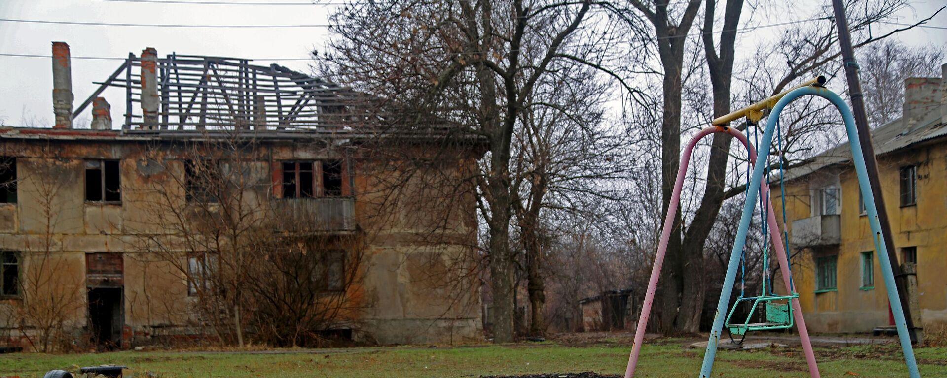 Eines der Häuser des Dorfes Glubokaja im Ort Gorlowka, das durch Beschuss ohne Dach und schließlich ohne Mieter geblieben ist. Das Dorf liegt neben der Kontaktlinie in der Region Donezk. April 2021 - SNA, 1920, 11.04.2021