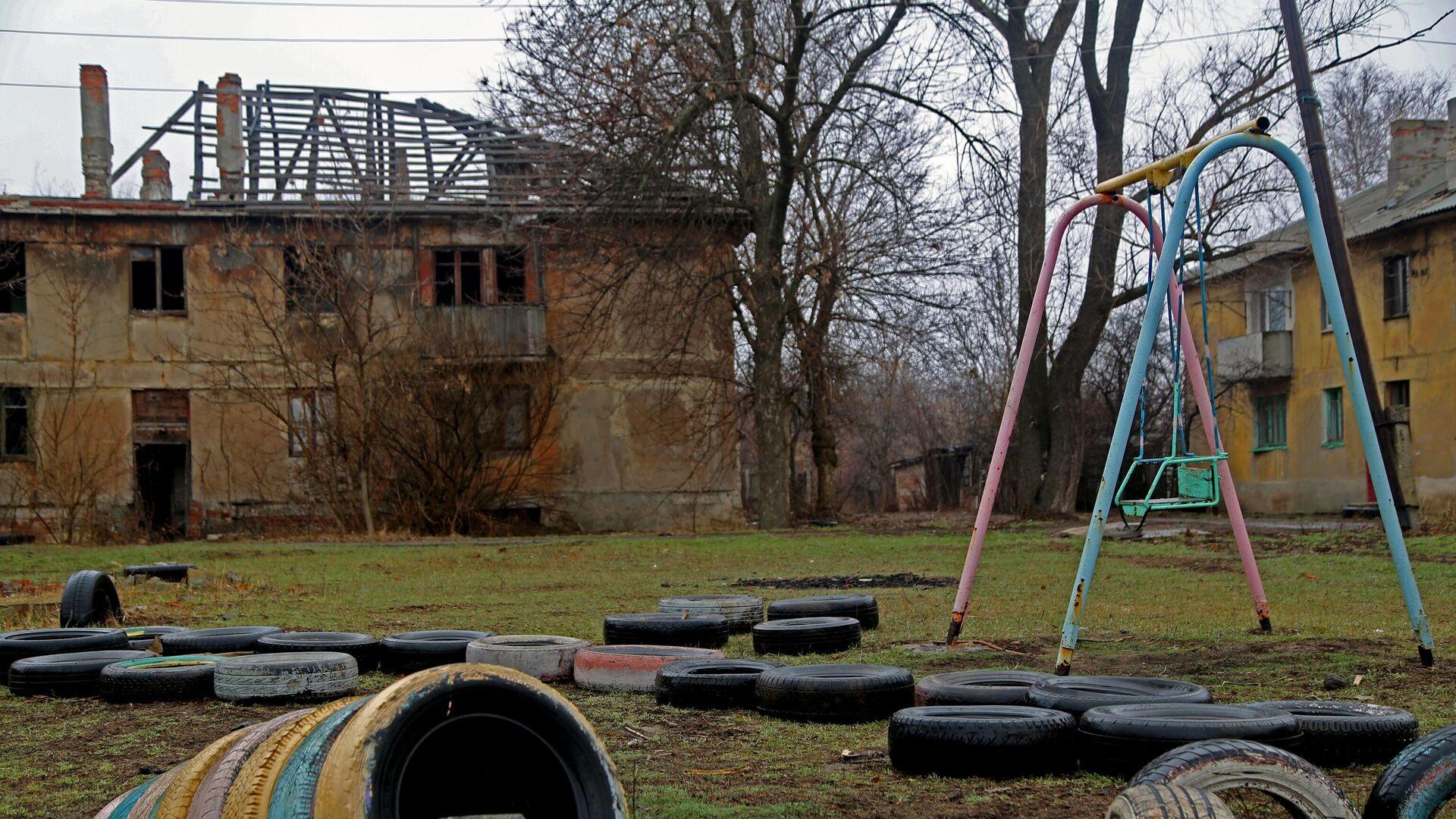 Eines der Häuser des Dorfes Glubokaja im Ort Gorlowka, das durch Beschuss ohne Dach und schließlich ohne Mieter geblieben ist. Das Dorf liegt neben der Kontaktlinie in der Region Donezk. April 2021 - SNA, 1920, 15.04.2021