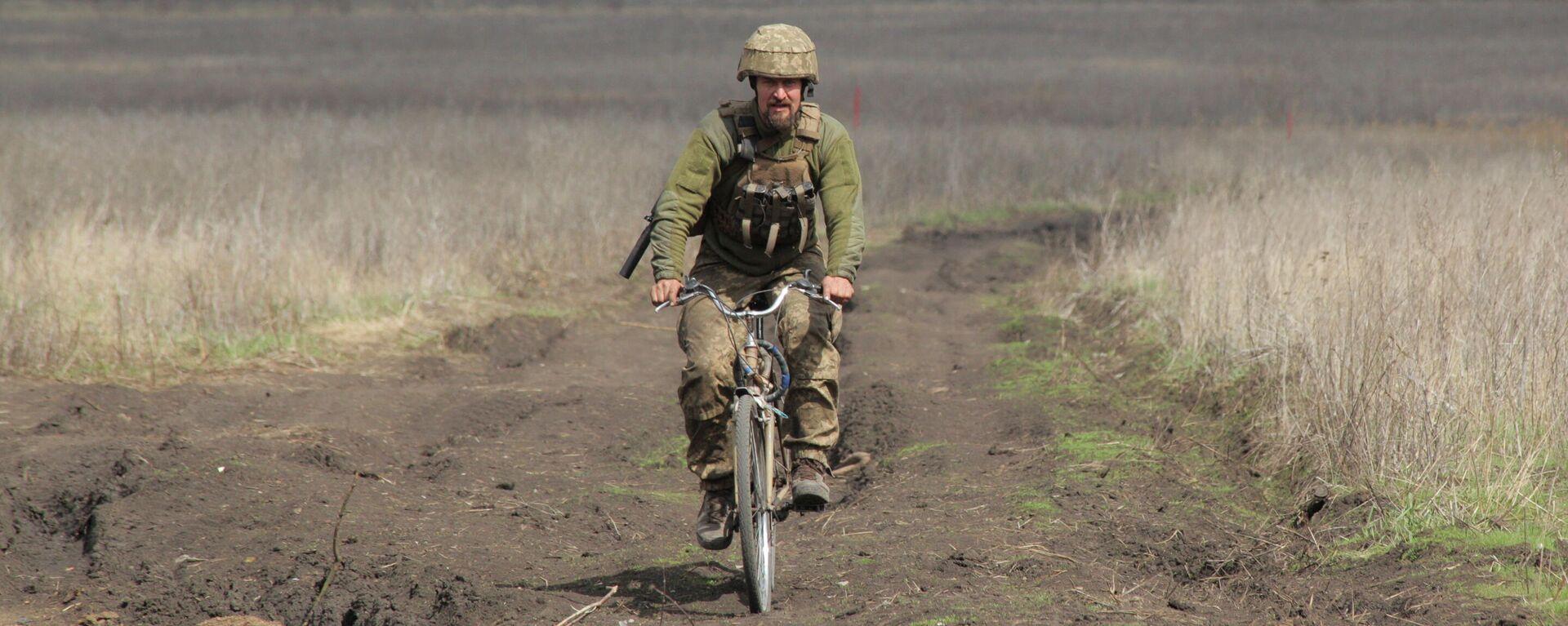 Soldat der ukrainischen Armee an der Frontlinie - SNA, 1920, 20.04.2021