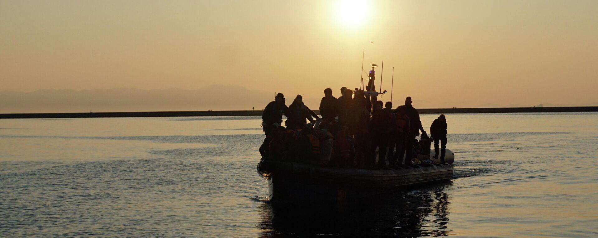 Migranten und Flüchtlinge kommen am 29. März 2016 mit einem schwedischen Frontex-Patrouillenboot im Hafen von Mytilene auf der griechischen Insel Lesbos an.  - SNA, 1920, 20.04.2021