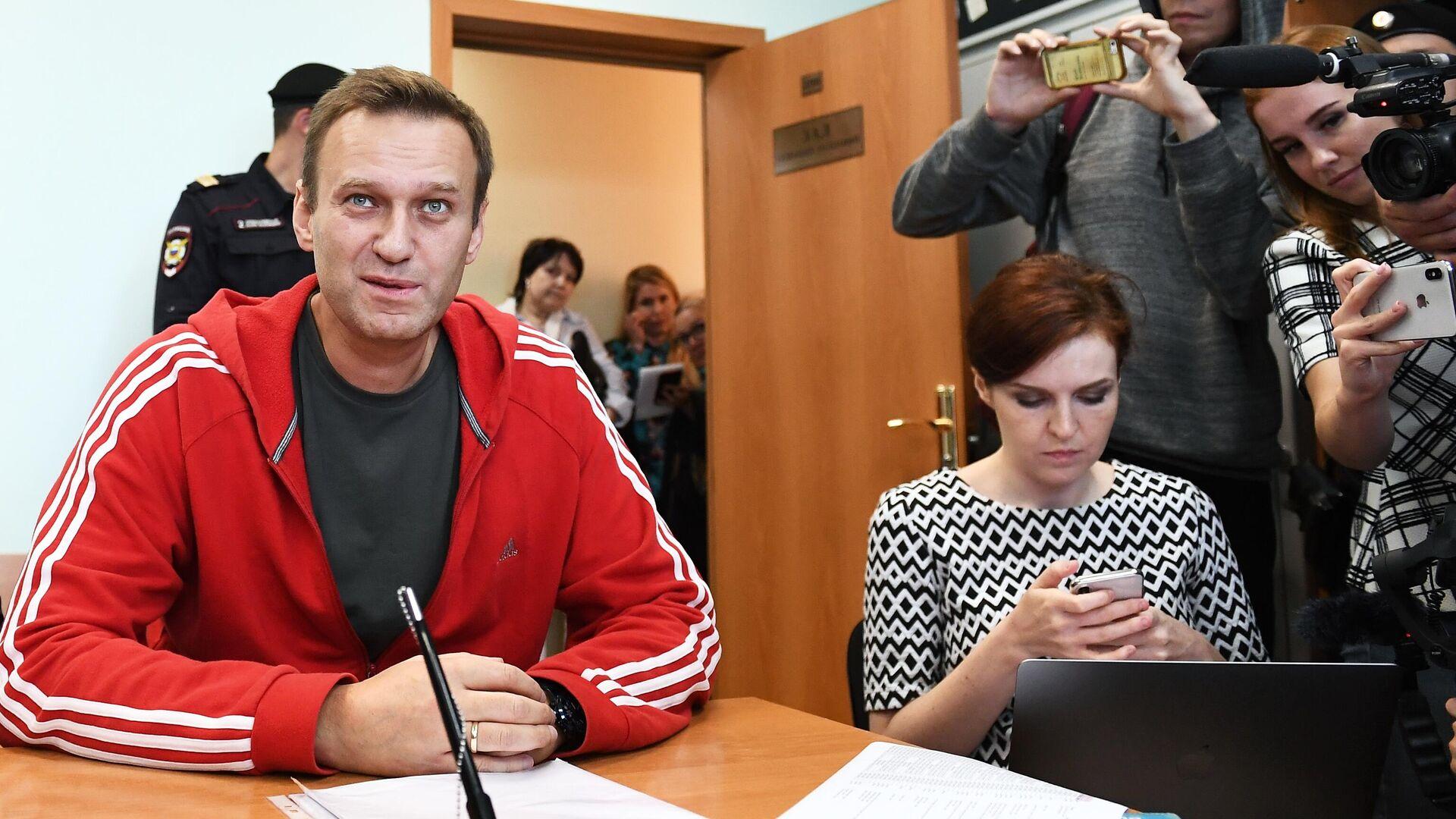 Alexej Nawalny im Gerichtssaal. Rechts: Kira Jarmysch, Sprecherin des in Russland als extremistisch eingestuften Anti-Korruptions-Fonds FBK (Archiv)  - SNA, 1920, 16.09.2021