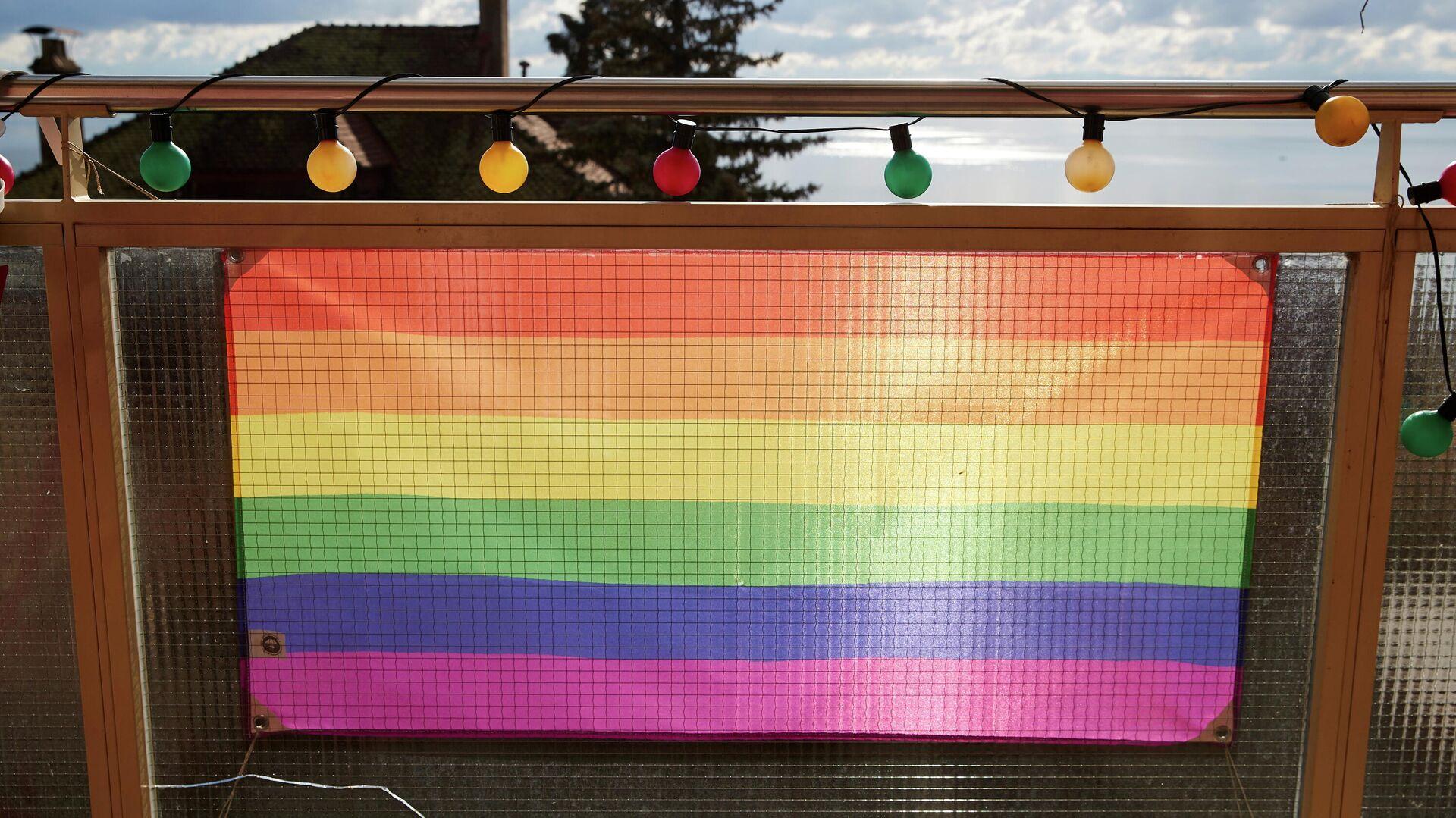 LGBTQ-Flagge ist an einem Zaun in Neuchatel zu sehen (Archivbild) - SNA, 1920, 28.04.2021