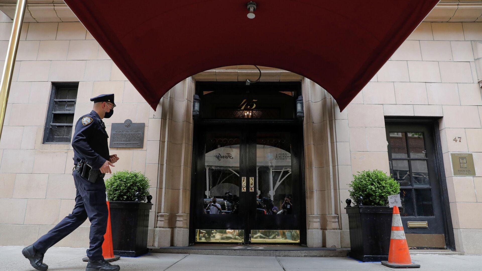 Ein Beamter der New Yorker Polizeibehörde (NYPD) betritt das Wohnhaus des ehemaligen New Yorker Bürgermeisters Rudy Giuliani, des Anwalts des Ex-US-Präsidenten Donald Trump, in Manhattan, April 28, 2021. - SNA, 1920, 28.04.2021
