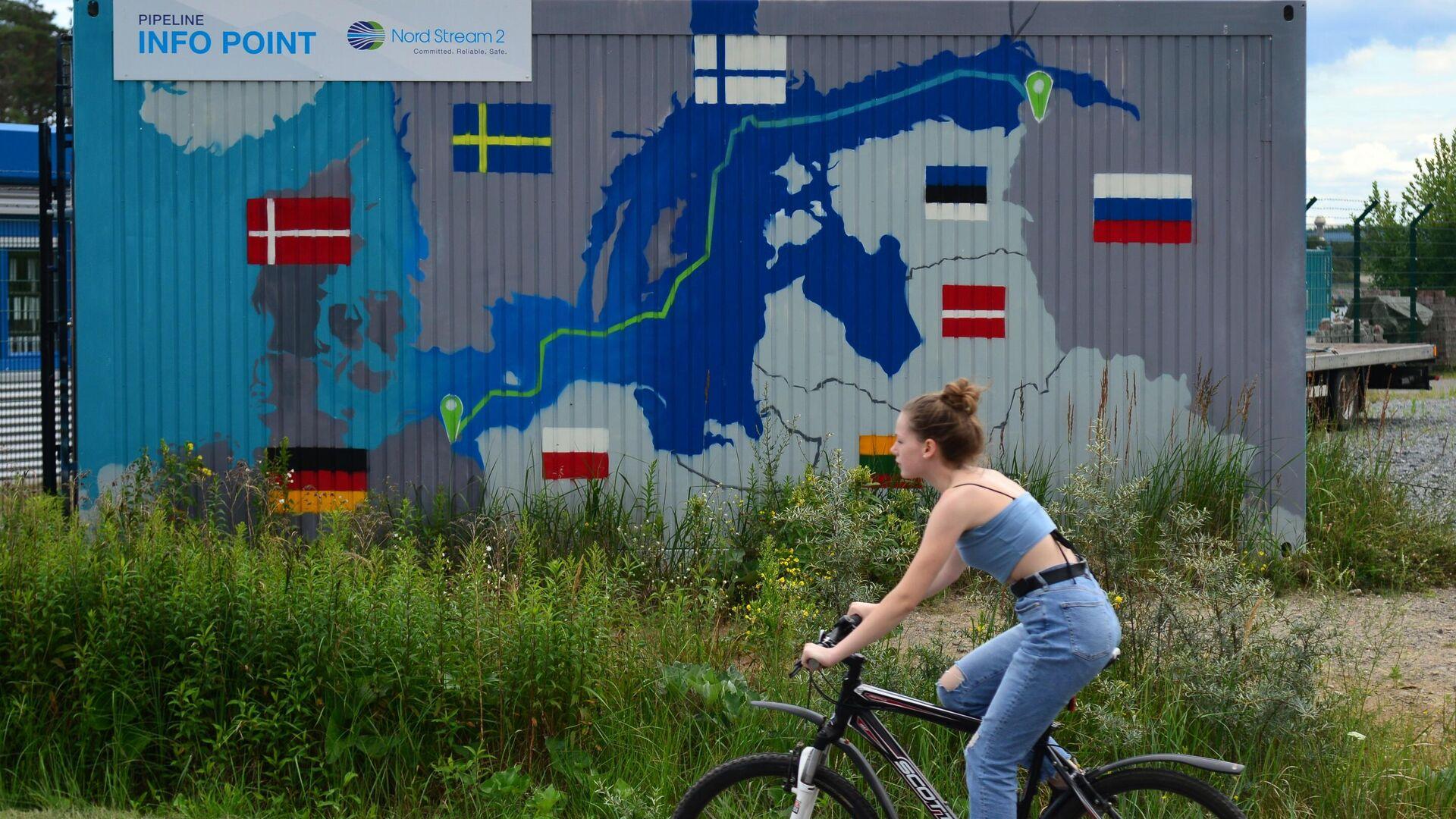 Eine Radfahrerin vor der Baustelle der Gaspipeline Nord Stream 2 in Lubmin (Archivbild) - SNA, 1920, 09.09.2021