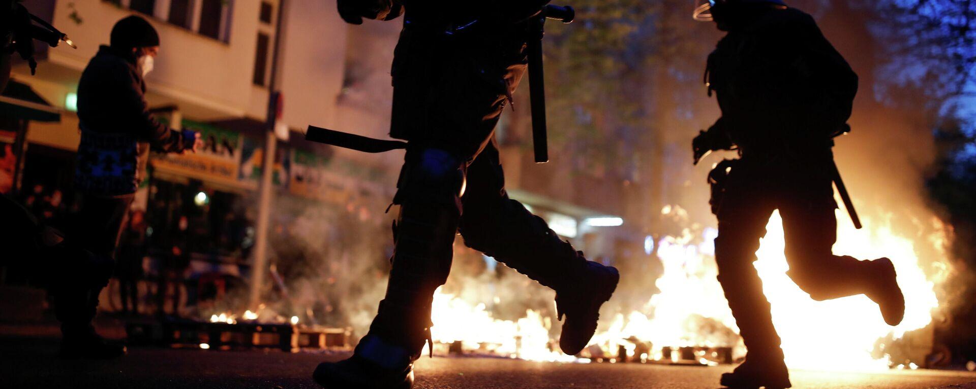 Demo am Ersten Mai in Berlin 2021 - Polizisten im Einsatz.  - SNA, 1920, 02.05.2021