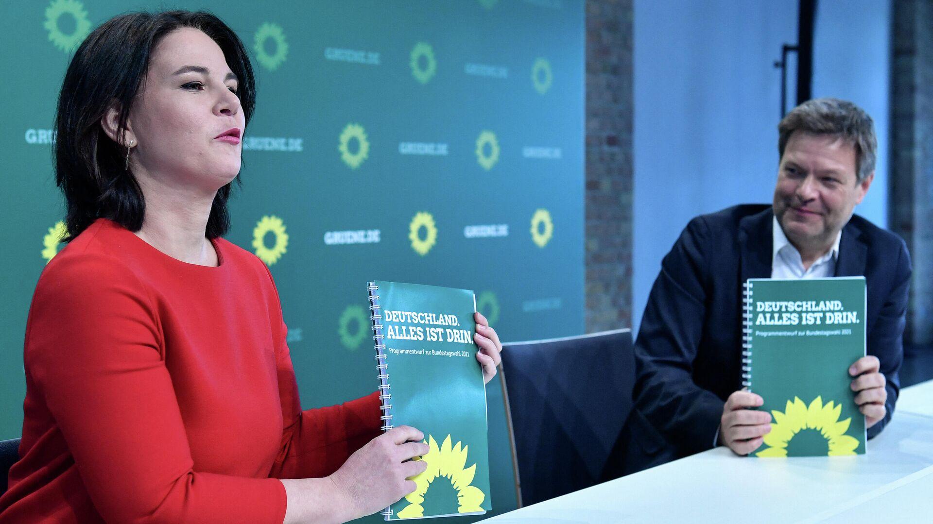 Die Chefs der Grünen Annalena Baerbock und Robert Habeck präsentieren den Entwurf des Wahlprogramms ihrer Partei am 19. März 2021 in Berlin vor den Bundestagwahlen Ende September 2021. - SNA, 1920, 07.05.2021