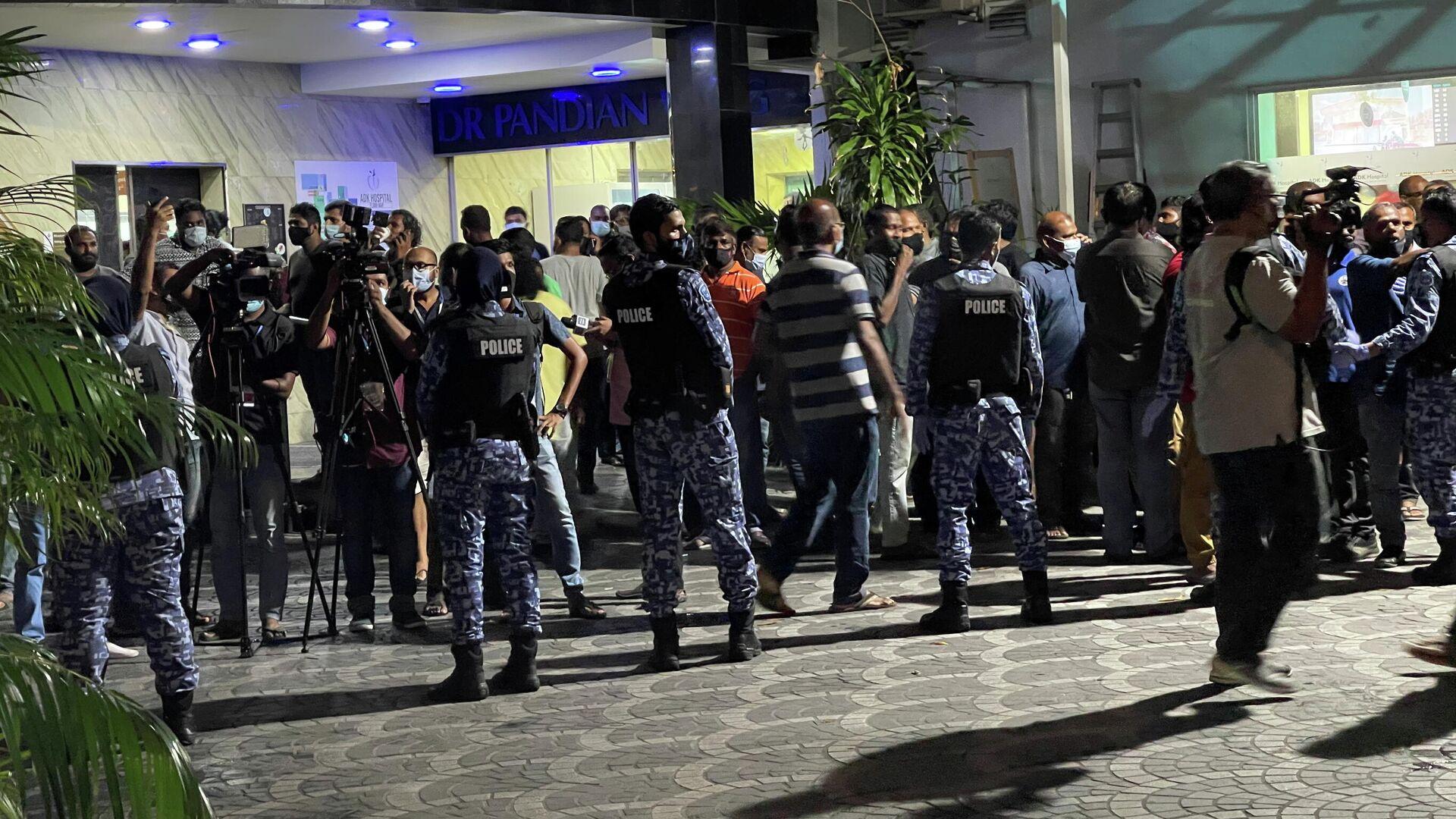 Polizeieinsatz vor der Klinik Adk in Male, wo der Ex-Präsident der Malediven, Mohamed Nasheed, behandelt wird - SNA, 1920, 08.05.2021