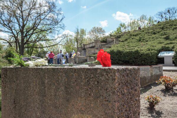 """Die Gruppe """"Druschba  International"""" war seit mehreren Tagen auf einer """"Oder-Neiße-Friedensfahrt"""" unterwegs. Die Ziele lauteten Dresden, Bautzen,  Weißwasser, Forst, Lieberose, Eisenhüttenstadt, Frankfurt (Oder), Kienitz, Küstrin, am 8. Mai Seelow und am 9. Mai Berlin. Vor Ort informierten sie über ihr Anliegen und boten Brot und Salz an. - SNA"""