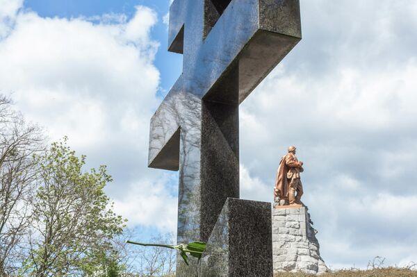 Die Russisch-Orthodoxe  Kirche ehrte die Gefallenen 2003 und stellte ihr Kreuz etwas abseits links von der Plastik auf. - SNA