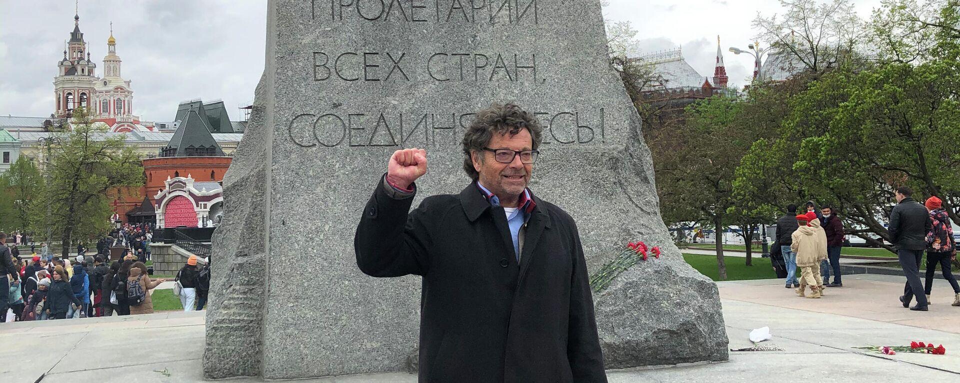 Diether Dehm posiert vor dem Marx-Denkmal in Moskau, 9. Mai 2021 - SNA, 1920, 09.05.2021