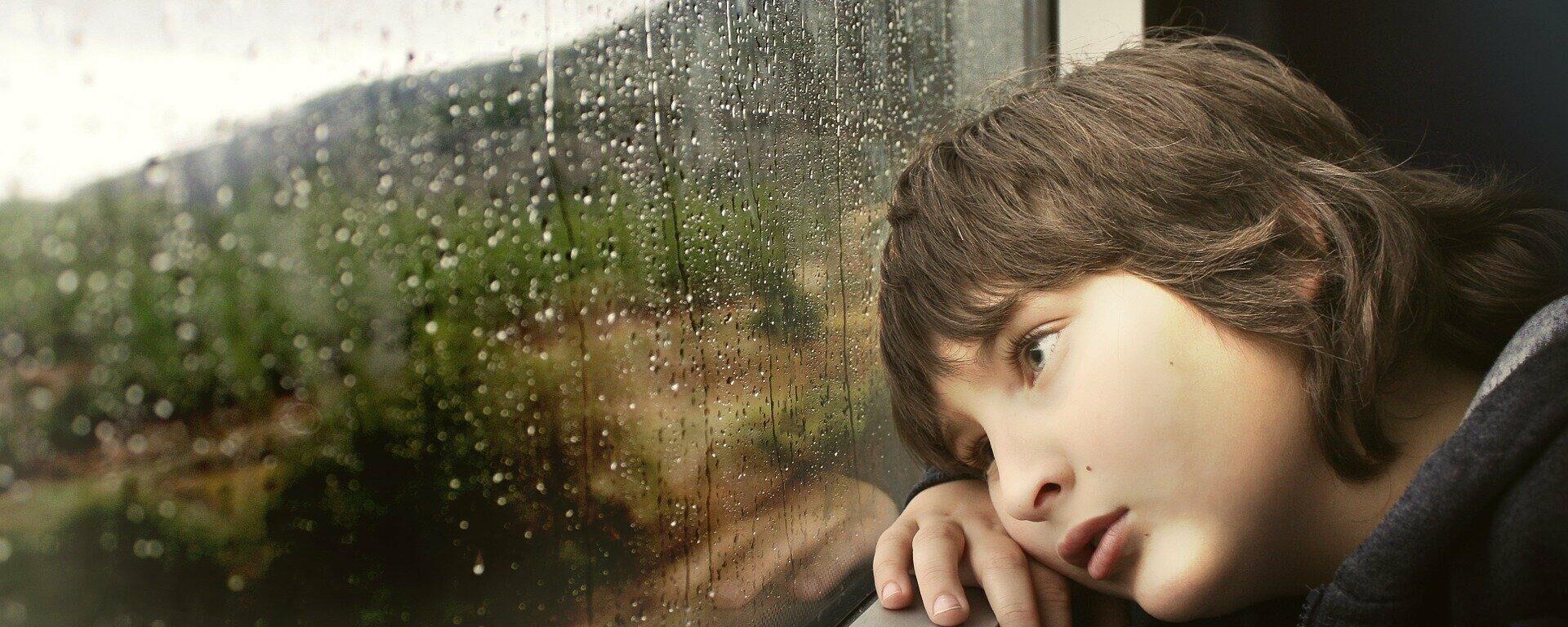 Kind am Fenster (Symbolbild) - SNA, 1920, 30.08.2021