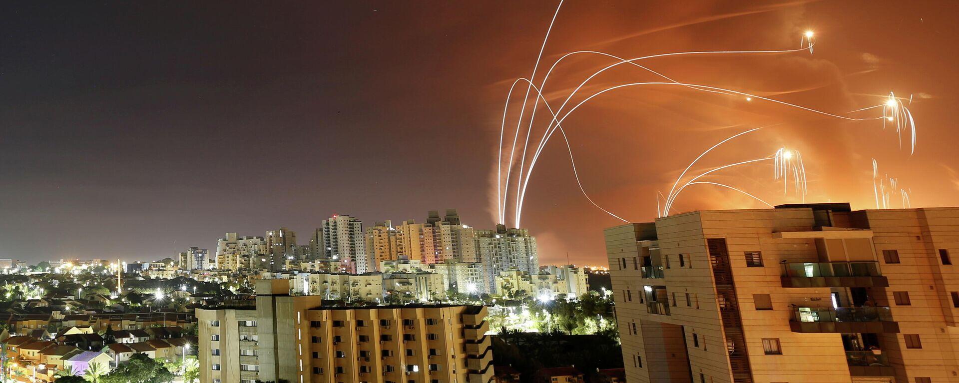 Lichtstreifen von Raketen des israelischen Abfang-Systems im Himmel gesehen, aus dem Gazastreifen Raketen auf Israel abgefeuert werden, den 12. Mai 2021 - SNA, 1920, 12.05.2021