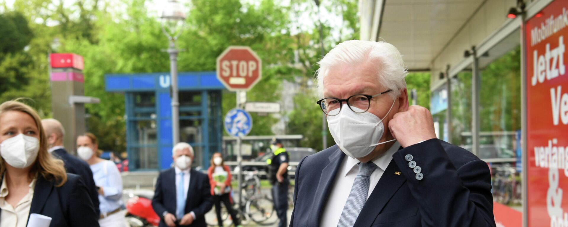 Bundespräsident Frank-Walter Steinmeier passt seine Gesichtsmaske an, während er nach einem Besuch in einer Arztpraxis im Berliner Bezirk Moabit in Berlin mit den Medien spricht, den 11. Mai 2021.  - SNA, 1920, 14.05.2021
