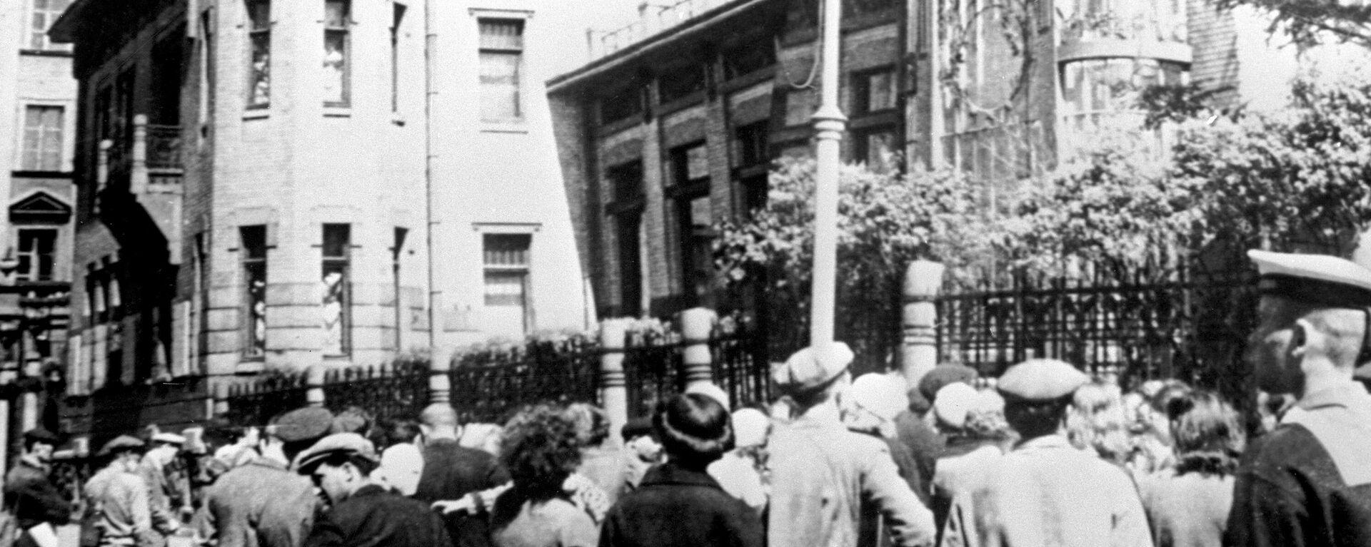 Menschen in Leningrad hören die Ankündigung über den Hitlers Übergriff an, 22. Juni 1941 - SNA, 1920, 14.05.2021