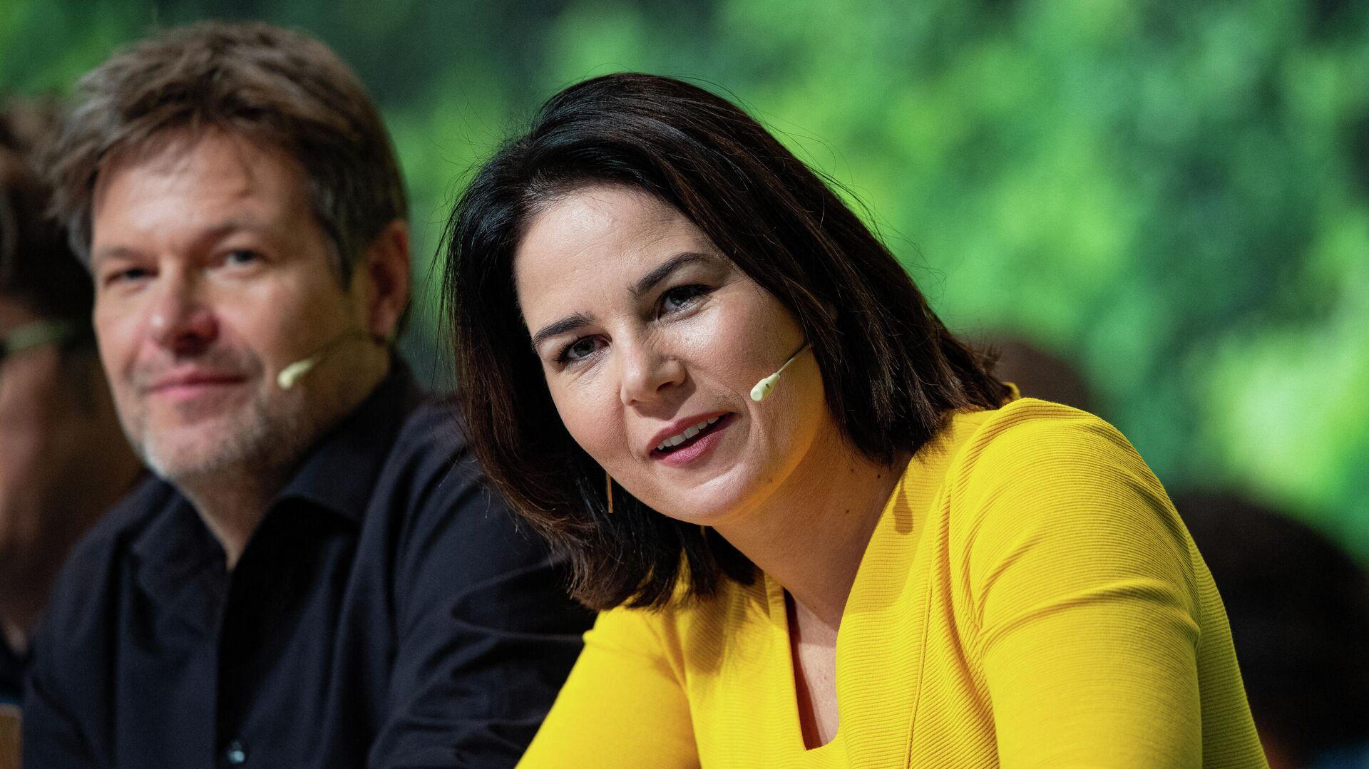Die beiden Ko-Vorsitzenden der Grünen, Annalena Baerbock (R) und Robert Habeck, nehmen am 15. November 2019 an einem zweitägigen Parteitag in Bielefeld teil.  - SNA, 1920, 14.05.2021