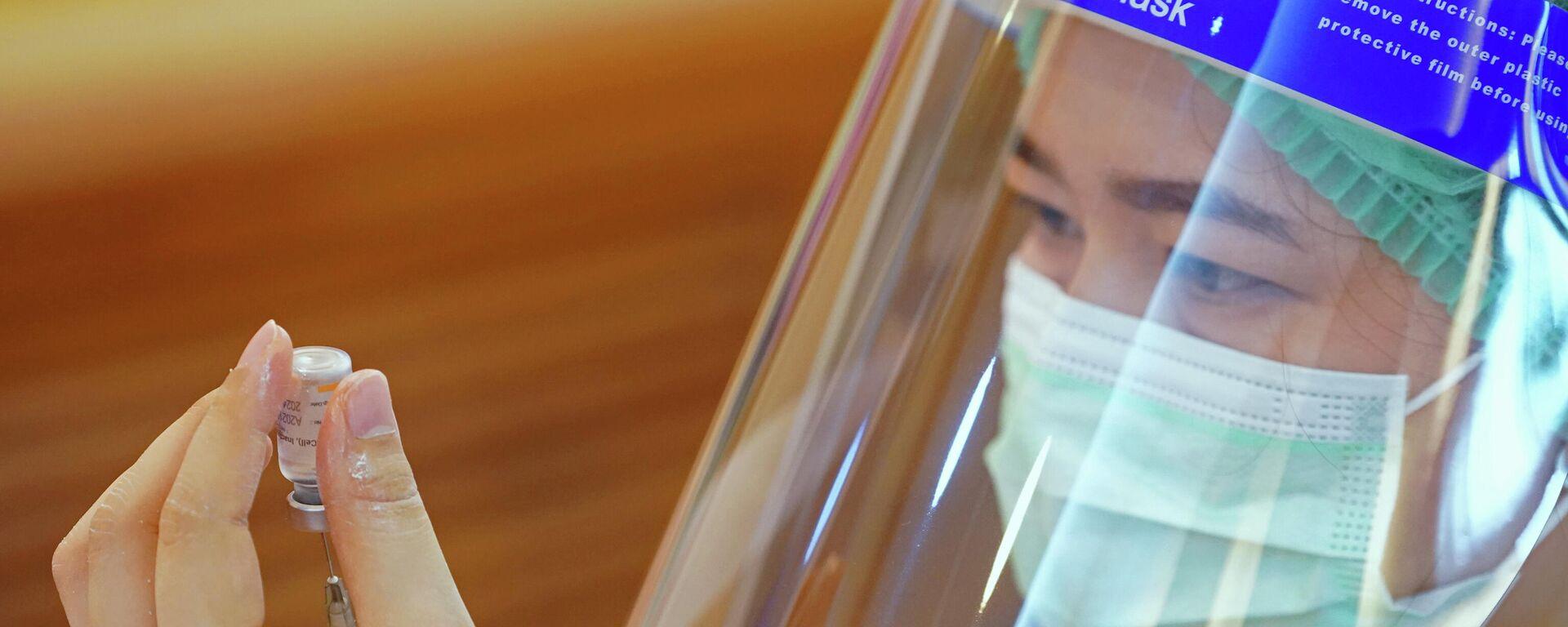 Eine medizinische Fachangestellte bereitet sich auf die Verabreichung des Impfstoffs gegenCOVID-19 im Krankenhaus von Samut Sakhon vor,Thailand, 28. Februar, 2021. - SNA, 1920, 14.05.2021