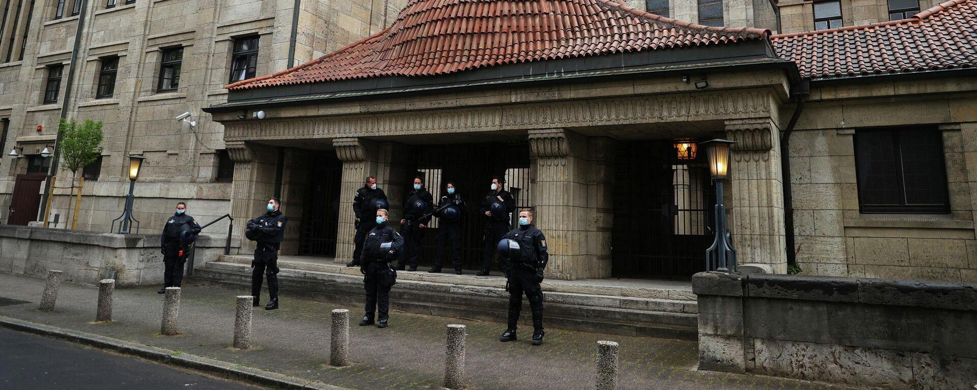 Polizeibeamte bewachen eine Synagoge während einer Demonstration anlässlich der Nakba und zur Unterstützung der Palästinenser in Frankfurt am 15. Mai 2021.  - SNA, 1920, 24.05.2021