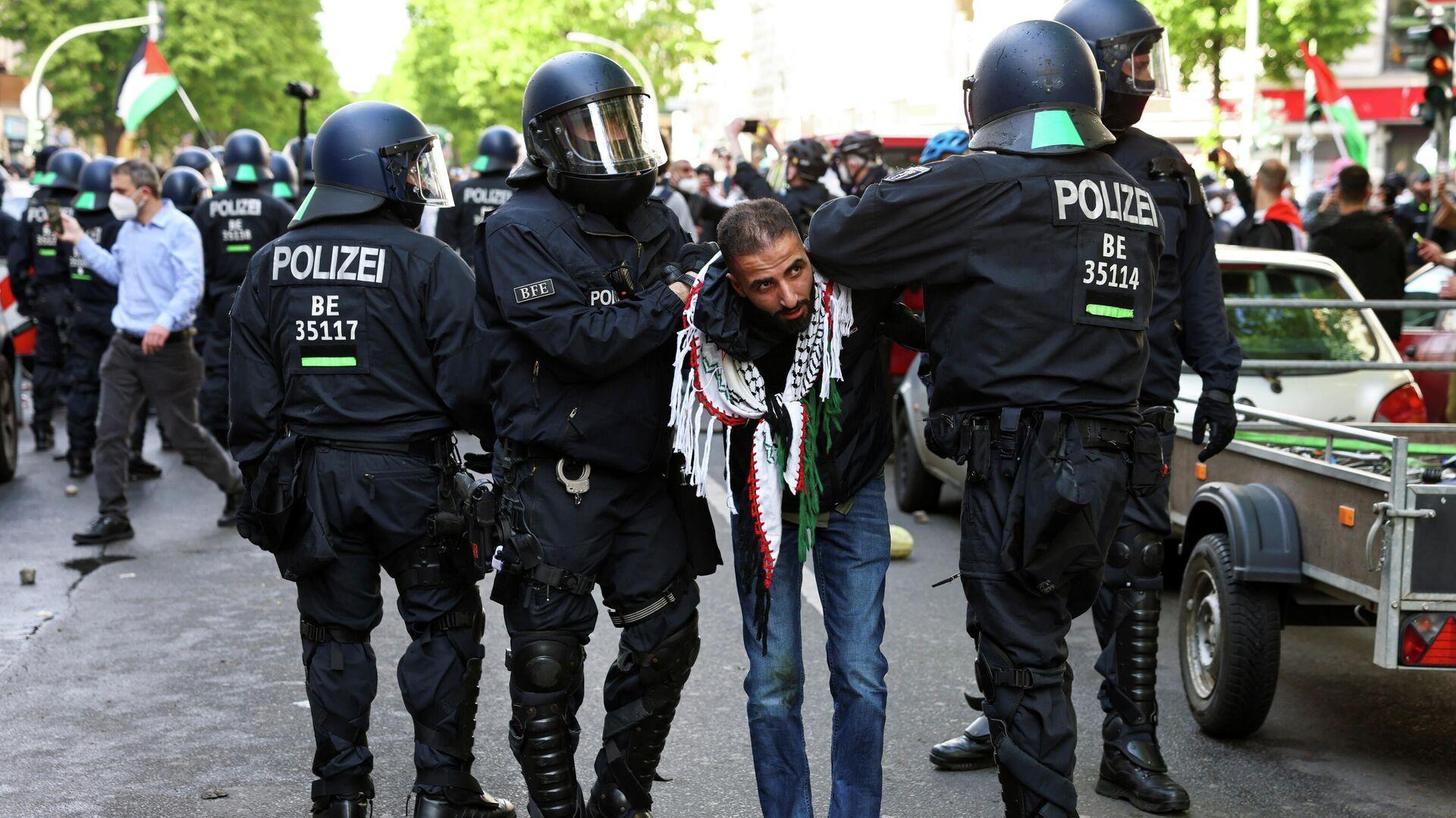 Polizeibeamten in Berlin nehmen einen Teilnehmer einer pro-palästinensischer Demo in Berlin - SNA, 1920, 17.05.2021