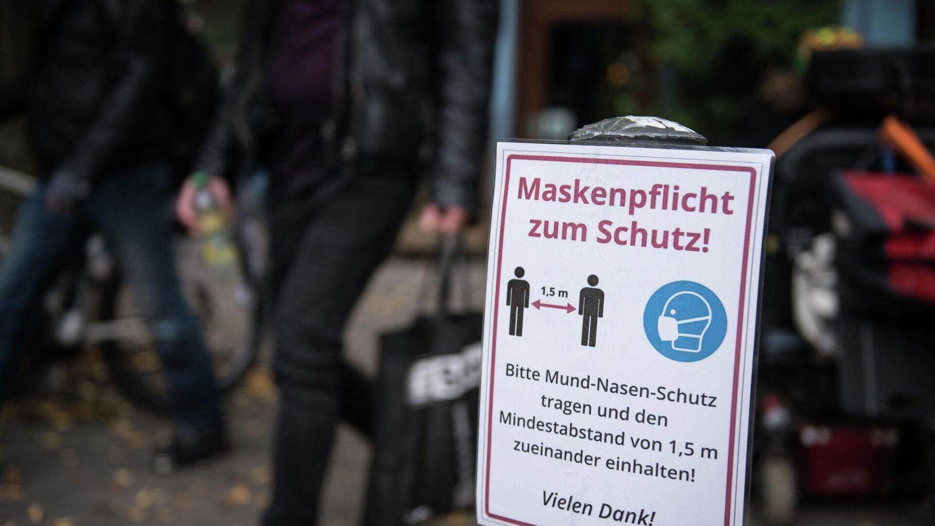 Ein Schild im Berliner Neukölln ruft auf, Abstand zu halten und eine Schutzmaske zu tragen, Oktober 2021. - SNA, 1920, 17.05.2021