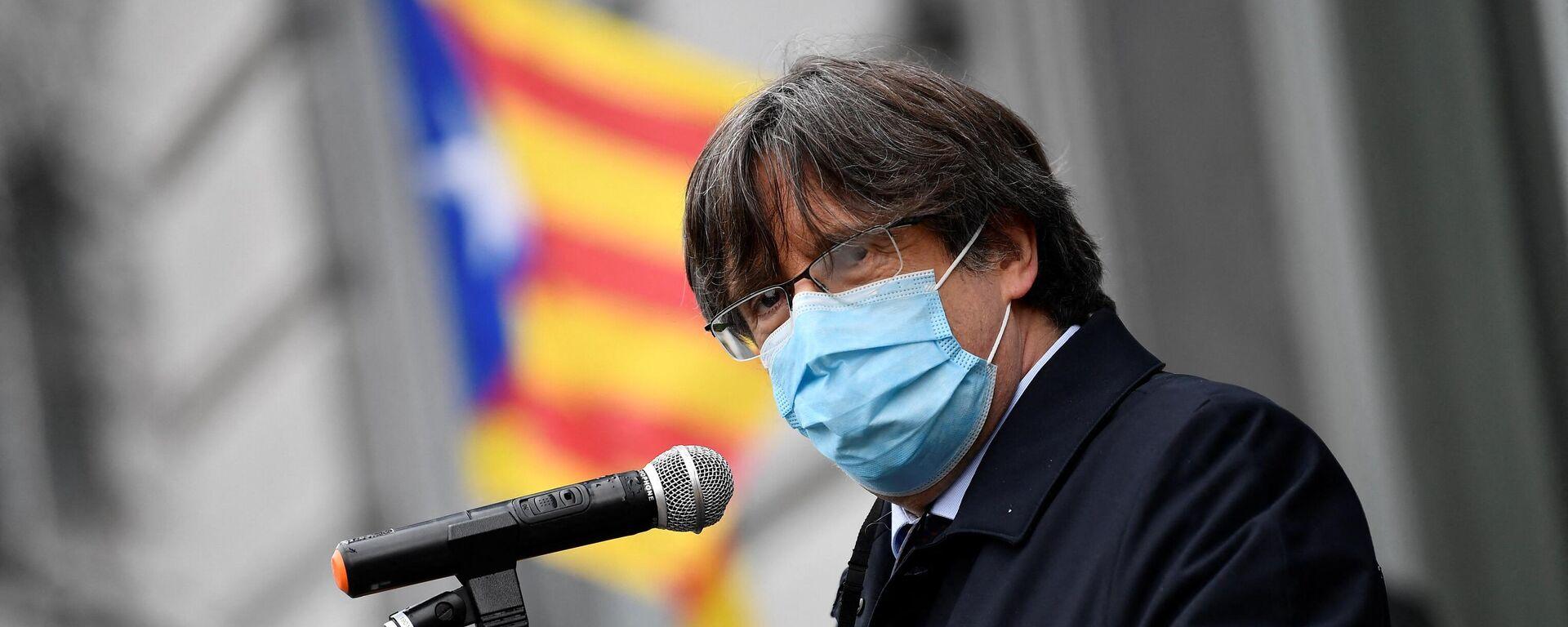 Der im Exil lebende katalanische Vorsitzende und Abgeordnete des Europäischen Parlaments, Carles Puigdemont, spricht am 9. März 2021 in Brüssel vor katalanischen Anhängern außerhalb des EU-Parlaments, nachdem das Europäische Parlament seine Immunität aufgehoben hatte. - SNA, 1920, 18.05.2021
