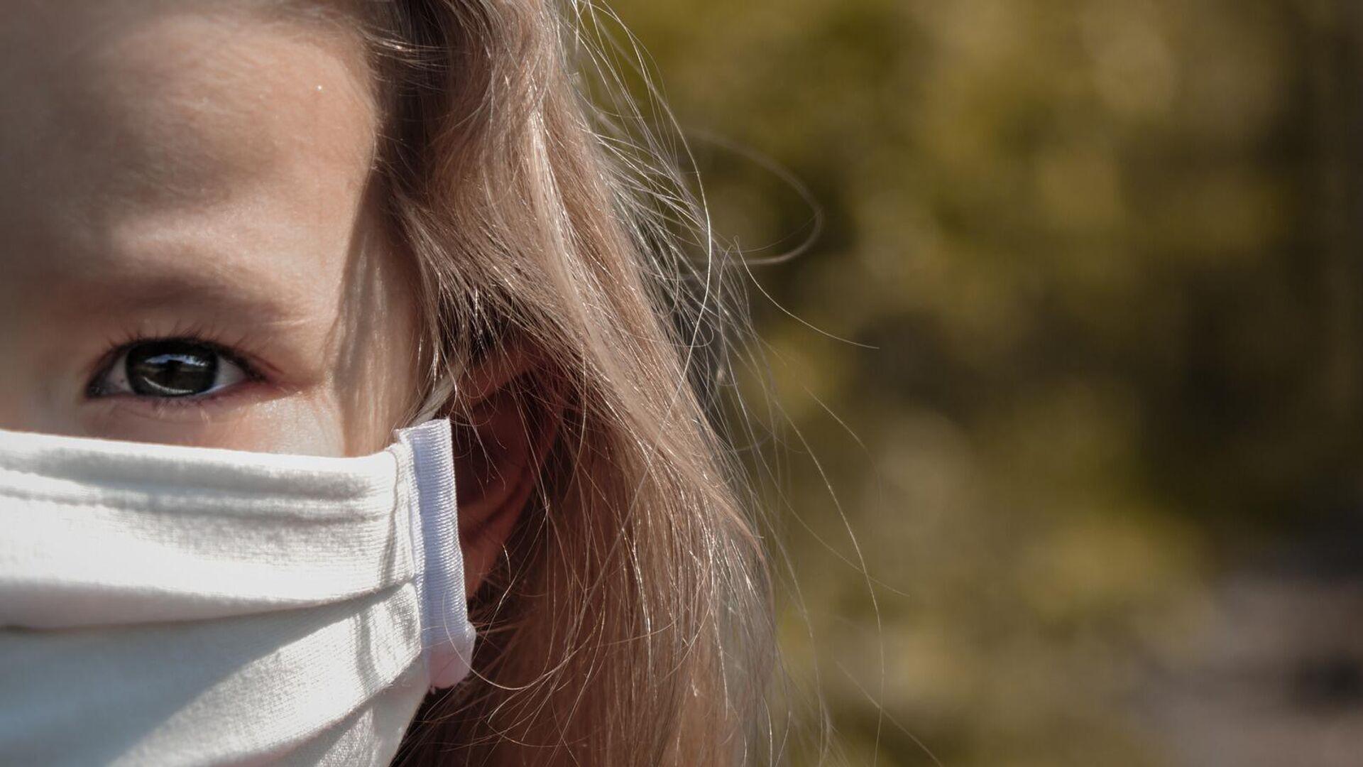 Mädchen in einer Gesichtsmaske (Symbolbild) - SNA, 1920, 20.09.2021