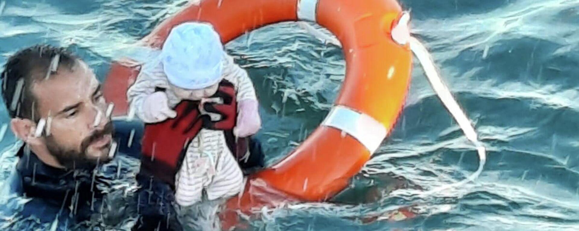 Juan Francisco Valle von der spanischen Polizeieinheit Guardia Civil rettet ein Baby vor Ceuta - SNA, 1920, 20.05.2021