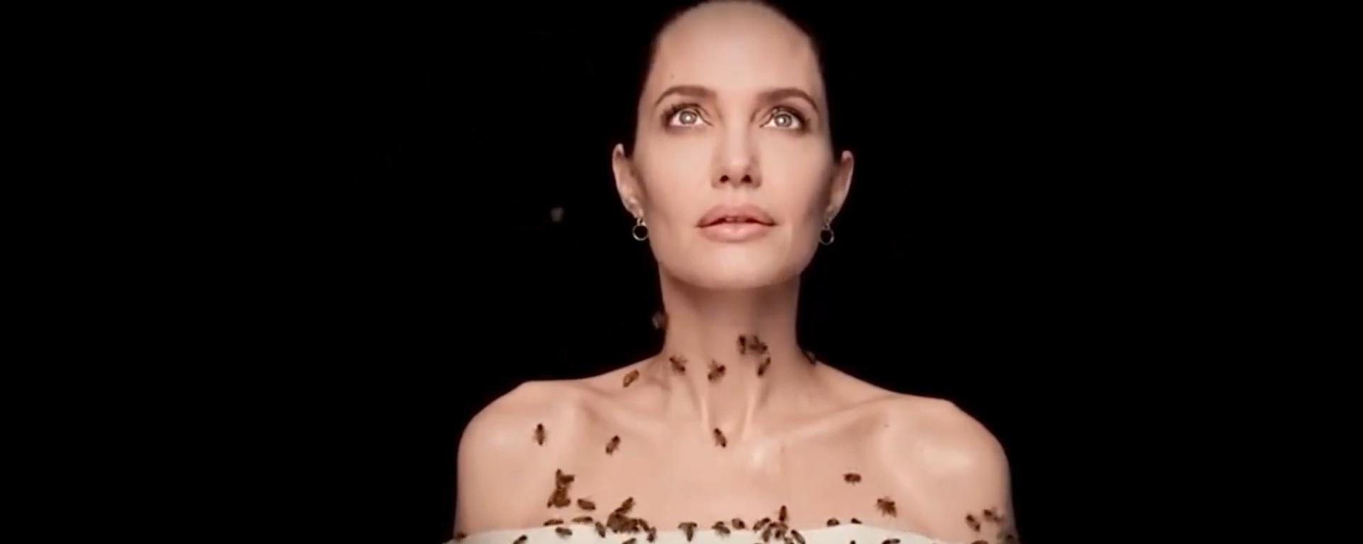 Angelina Jolie lässt sich mit Bienen fotografieren - SNA, 1920, 20.05.2021
