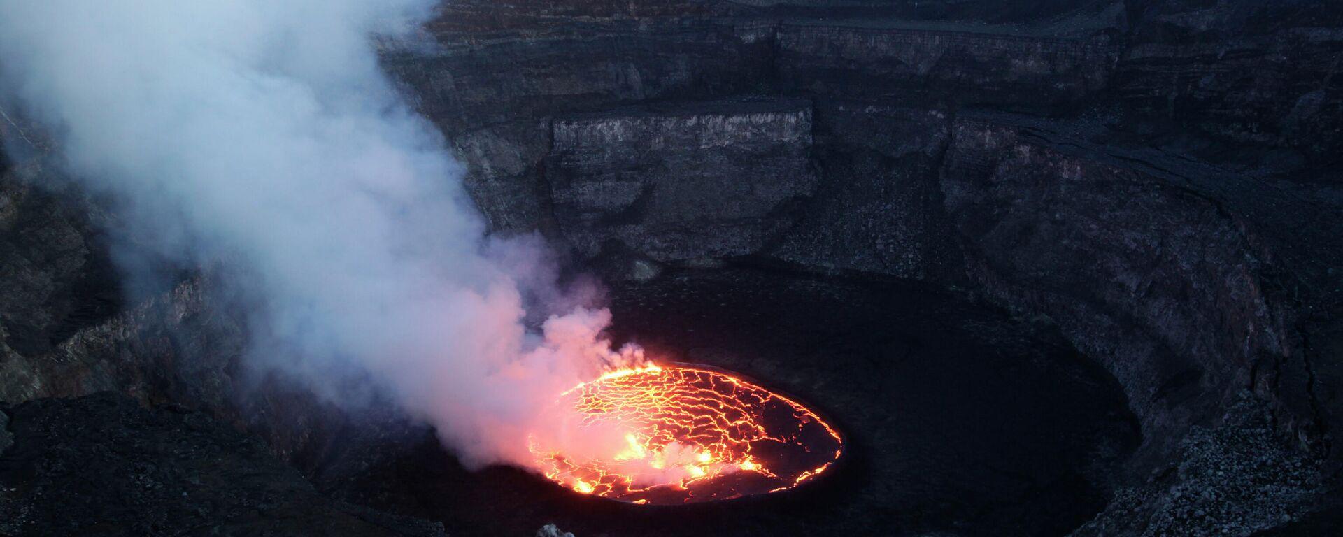 Auf diesem Foto vom 31. März 2010 steigt Rauch aus dem aufgewühlten Magma im Lavasee des Mount Nyiragongo auf, einem der aktivsten Vulkane Afrikas, außerhalb von Goma im Kongo. (Archiv). - SNA, 1920, 22.05.2021