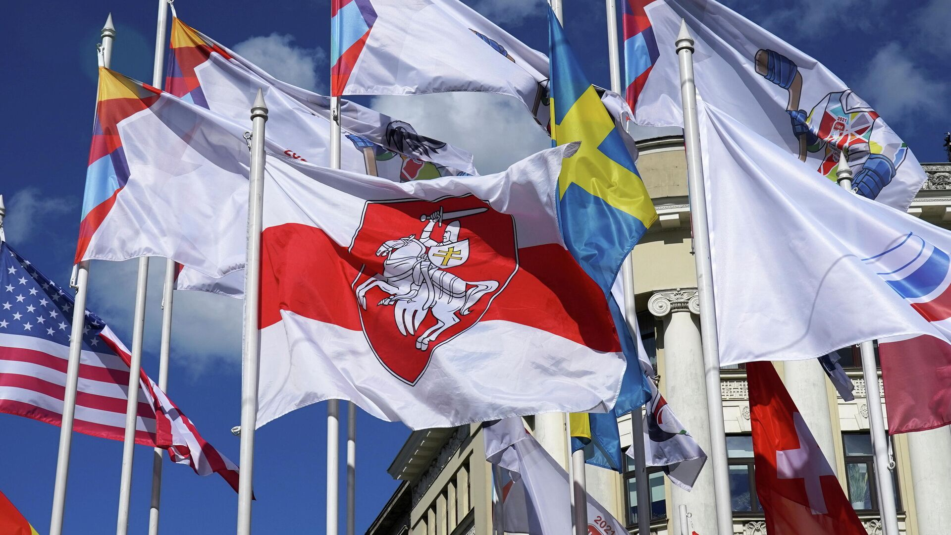 Eishockey-WM: Rigaer Stadeverwaltung ersetzt die offizielle Flage von Belarus durch die Flagge der weißrussischen Opposition - SNA, 1920, 25.05.2021