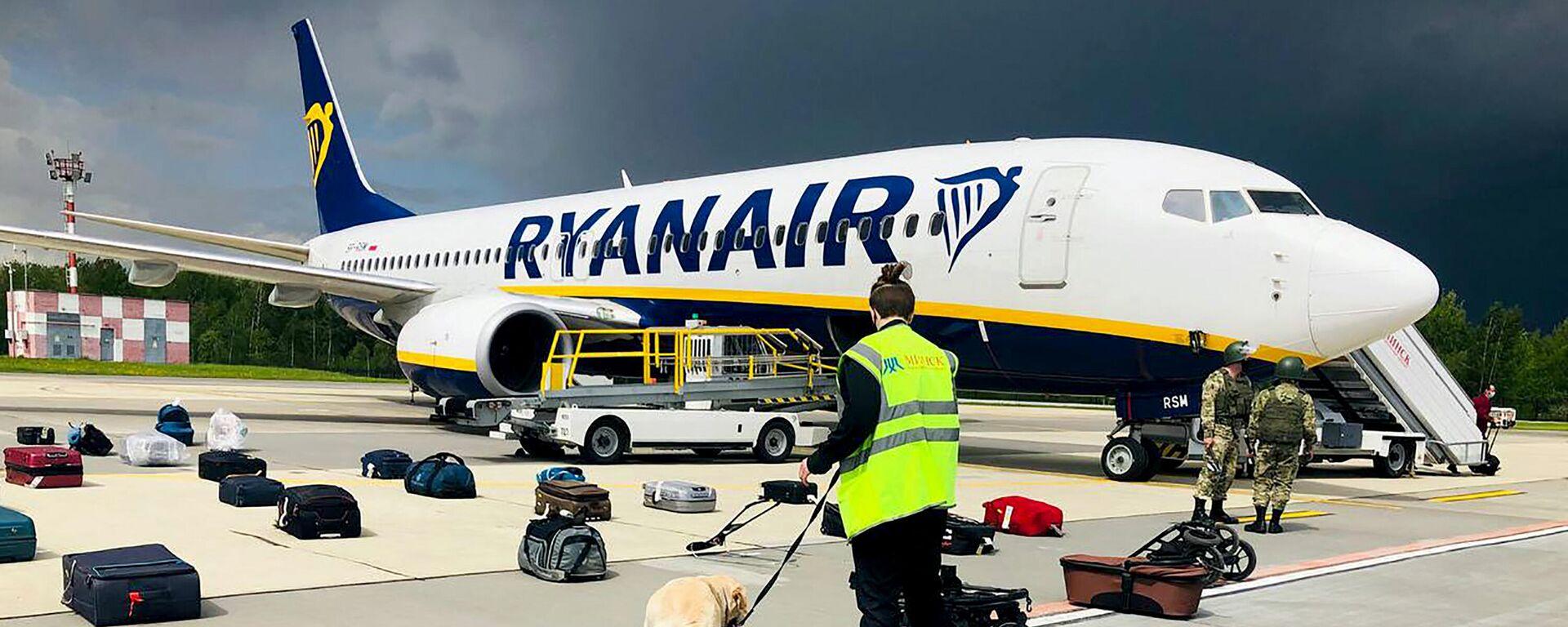 Auf diesem Aktenfoto überprüft der belarussische Sicherheitsdienst das Gepäck der Ryanair Boeing 737-8AS (Flugnummer FR4978), die am 23. Mai 2021 auf dem Vorfeld des internationalen Flughafens Minsk in Minsk landete.  - SNA, 1920, 26.05.2021