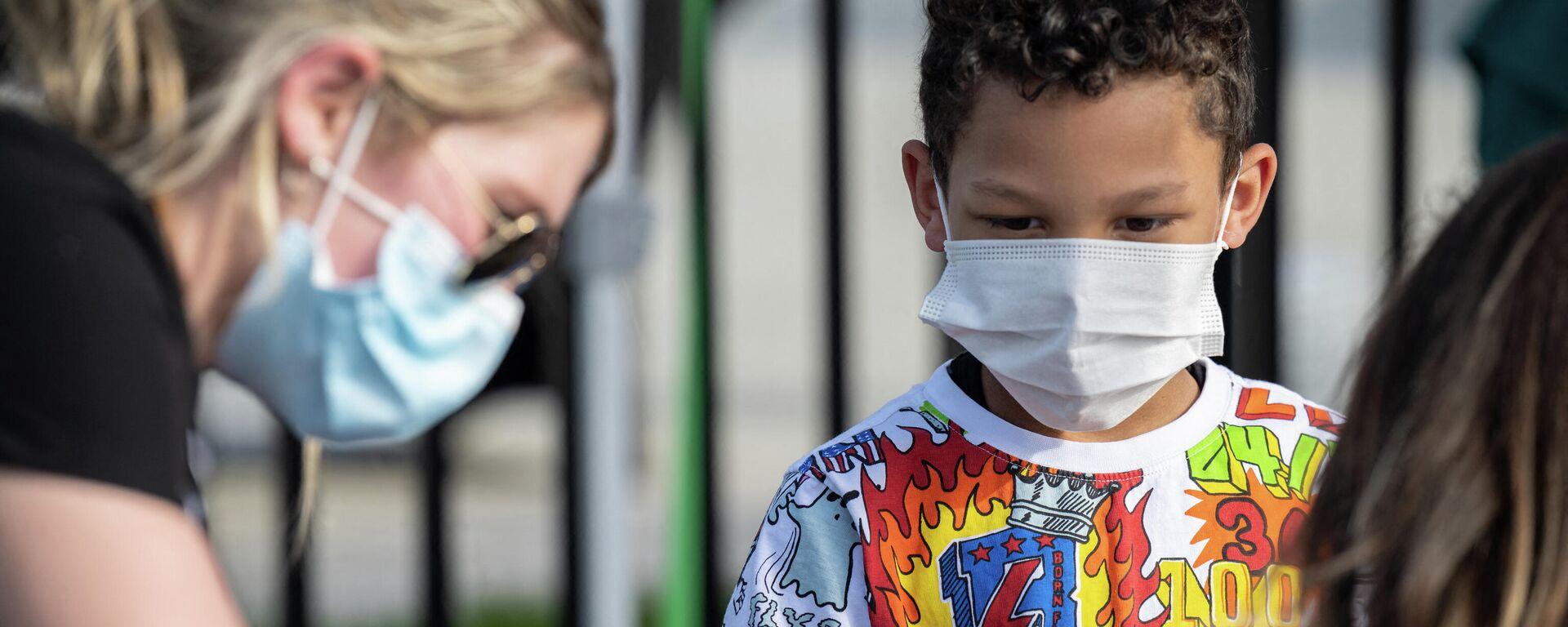 Ein Kind beobachtet, wie eine Krankenschwester ein Mädchen mit einem COVID-19-Impfstoffs impft, den 26. April 2021 in Louisville, Kentucky. In den USA ist der Biontech/Pfizer-Impfstoff bereits für die älteren Kinder zugelassen. - SNA, 1920, 27.05.2021
