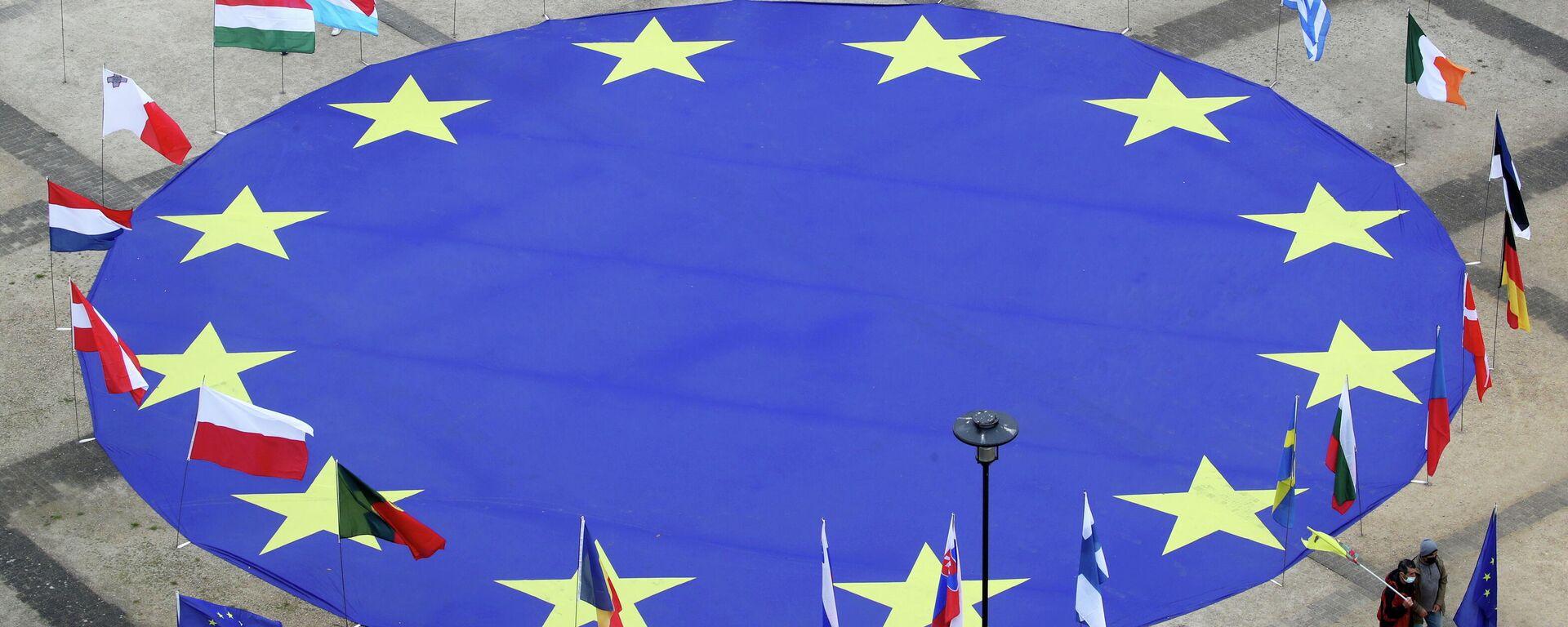 EU-Flagge vor dem Hauptgebäude der EU-Kommission in Brüssel - SNA, 1920, 21.06.2021