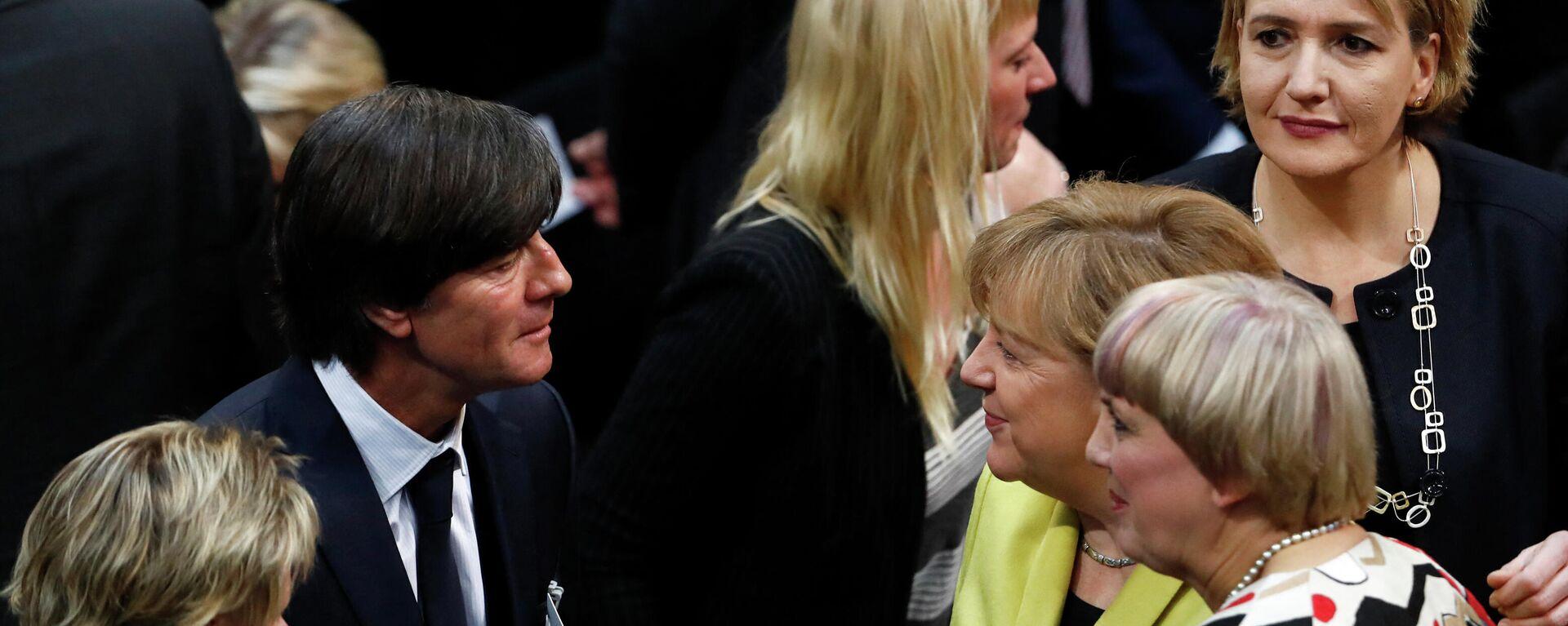 Joachim Löw spricht mit Angela Merkel (Archivbild) - SNA, 1920, 01.06.2021