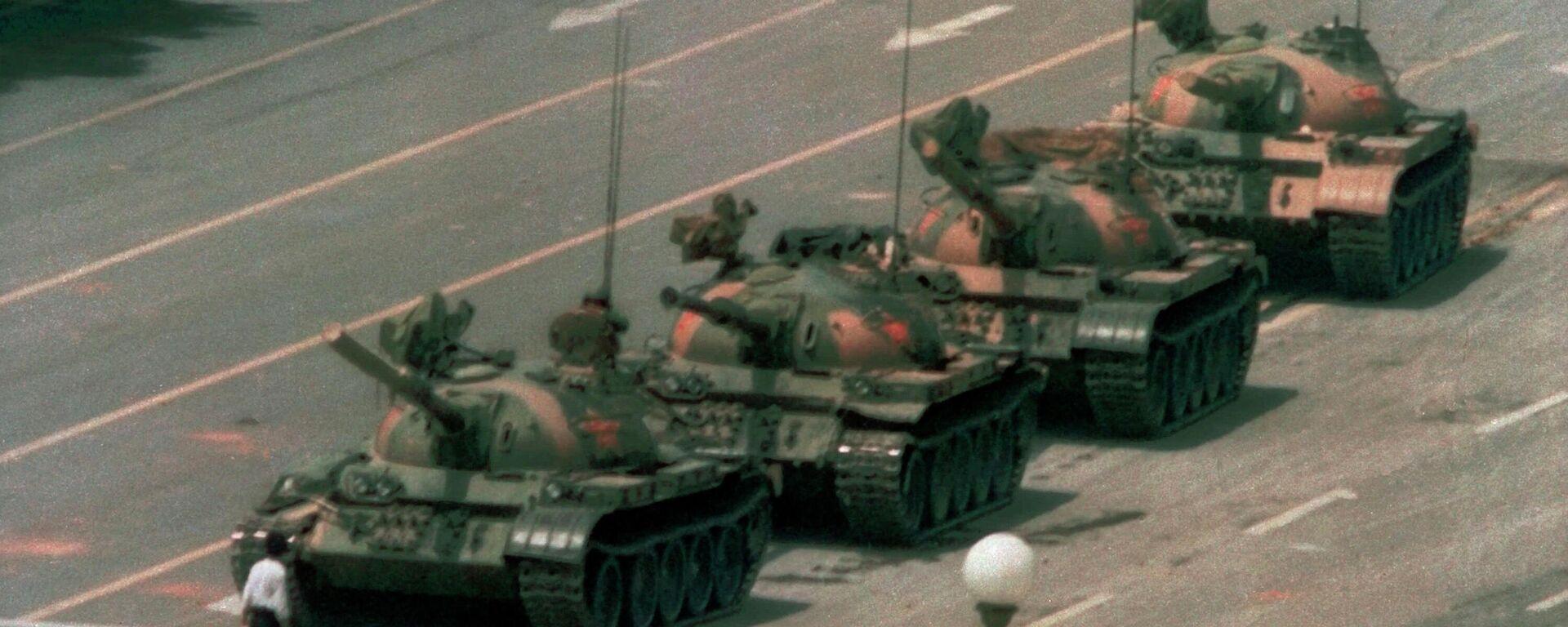Auf diesem Foto vom 5. Juni 1989 steht ein Mann allein auf dem Platz des Himmlischen Friedens in Peking, um einer Kolonne von Panzern den Weg  nach Osten zu blockieren. (Archiv) - SNA, 1920, 05.06.2021