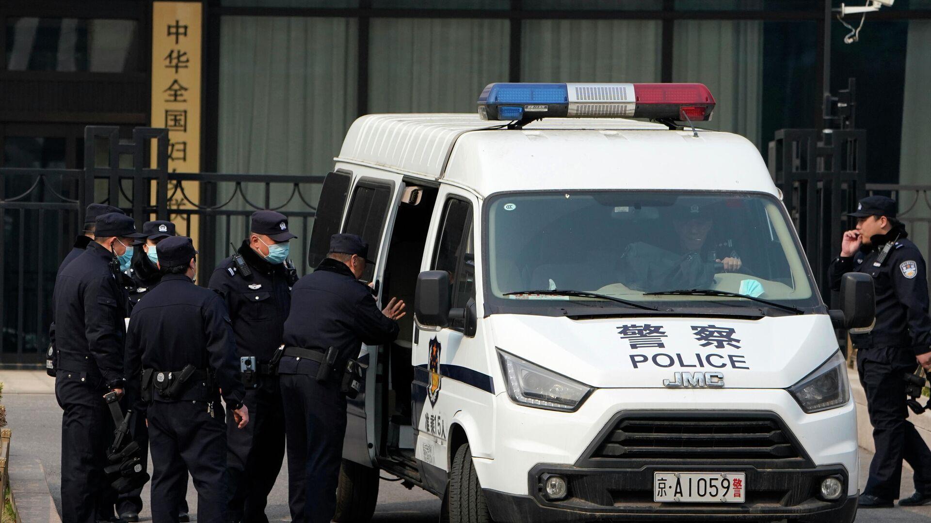Chinesische Polizisten neben einem Polizeiwagen in einem Gebiet in der Nähe der Großen Halle des Volkes. - SNA, 1920, 11.09.2021