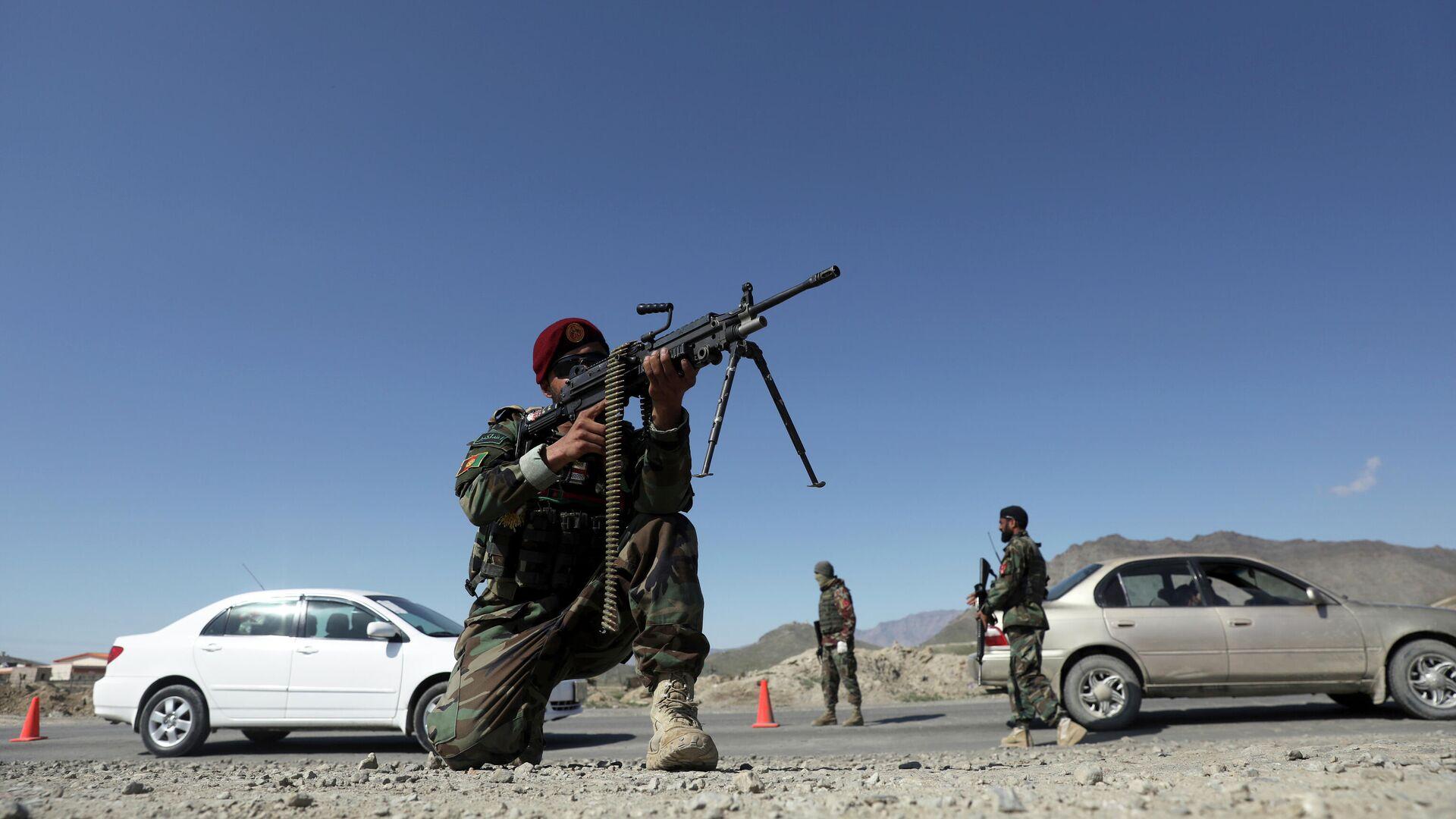 Soldaten der afghanischen Nationalarmee (ANA) stehen am Samstag, 17. April 2021, an einem Kontrollpunkt am Stadtrand von Kabul. - SNA, 1920, 28.07.2021