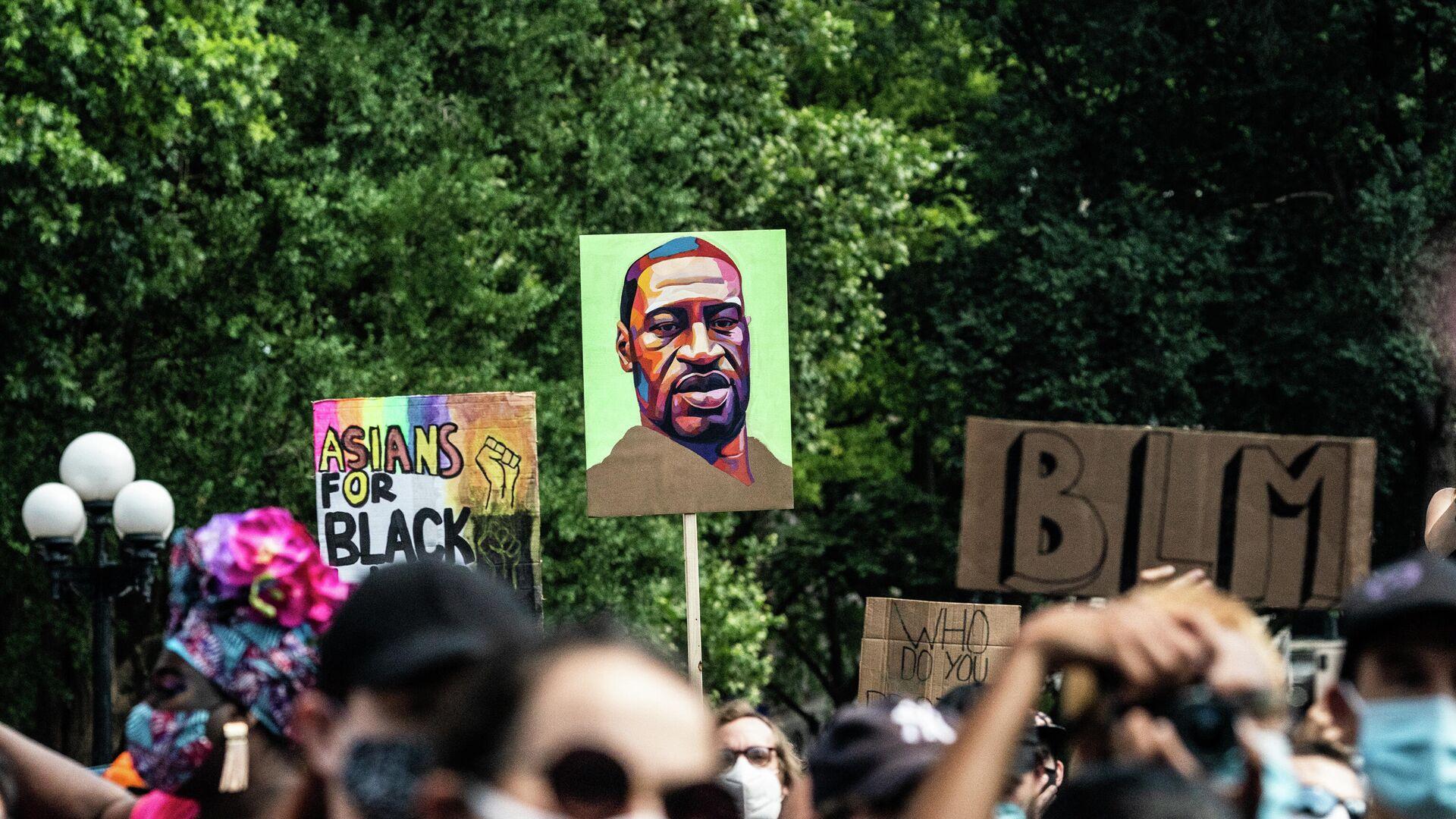 """George Floyds Porträt bei einer """"Black Lives Matter""""-Demo (Archiv) - SNA, 1920, 05.10.2021"""