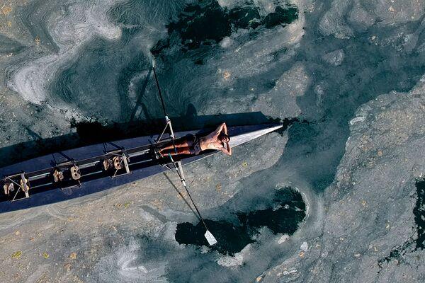 Vor allem in Istanbul ist das Wasser verschmutzt. Der Schleim aus Wasseralgen und totem Plankton umgibt alle Buchten, Anlegestellen und Strände.Foto: Ein Mann in einem Boot im Marmarameer vor dem Caddebostan-Strand in Istanbul. - SNA