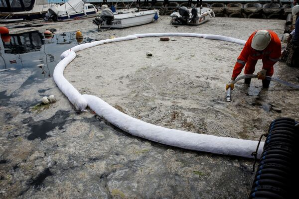 Von oben sehen die Boote, die durch die Schleimschicht fahren, fast wie Eisbrecher aus. Fischer können nicht auf die hohe See hinaus, weil der Schleim ihre Motoren und Netze verstopft. - SNA